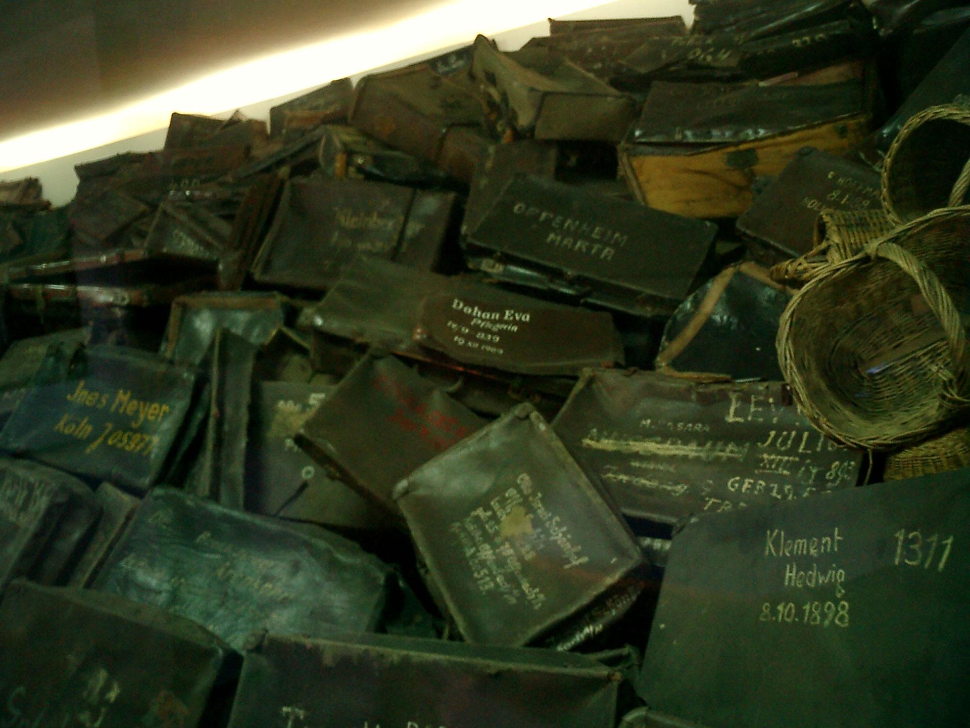 Las pertenencias de los prisioneros se amontonaban por todo el predio