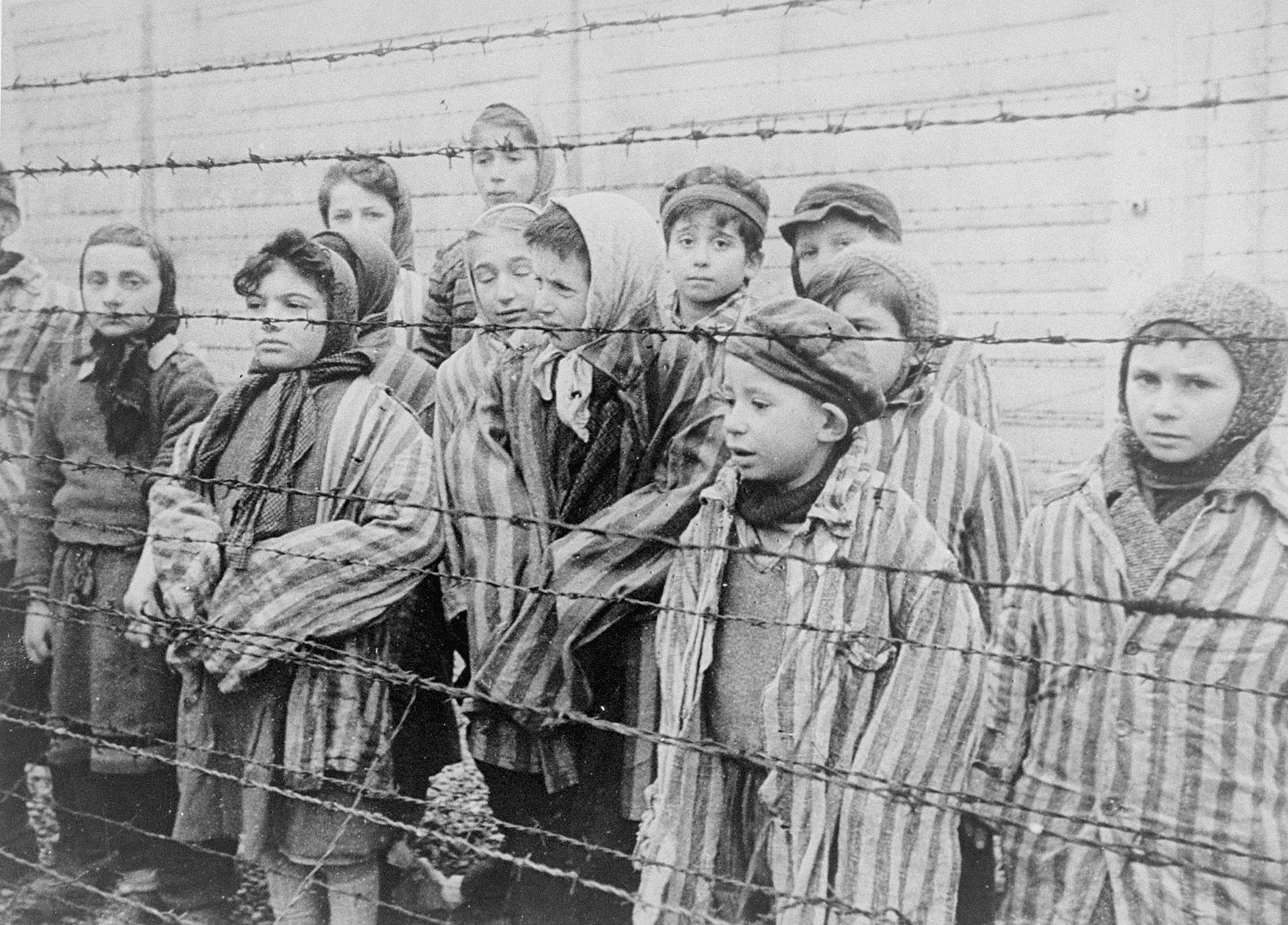 Un grupo de niños, entre los prisioneros del campo