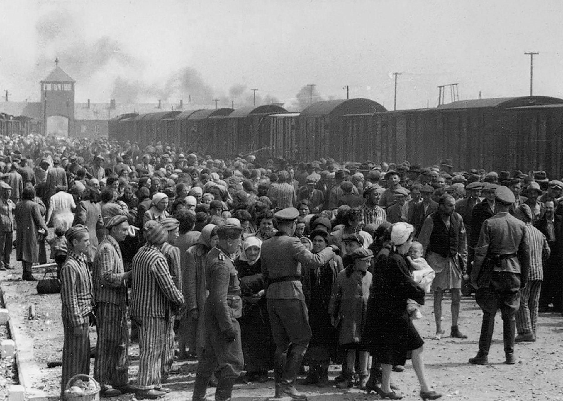 Un grupo de ciudadanos húngaros llega hasta Auschwitz-II (Birkenau), Polonia, durante la ocupación alemana