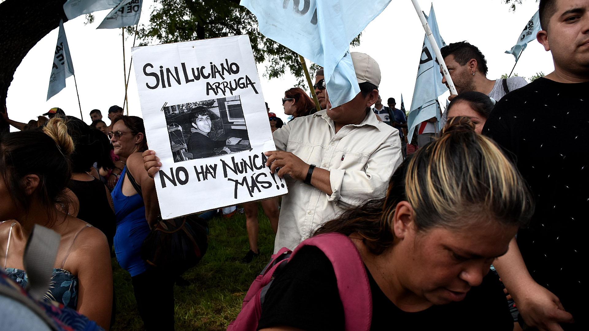 Miles de personas marcharon en memoria de Luciano Arruga a 10 años ... 406ed226cf5