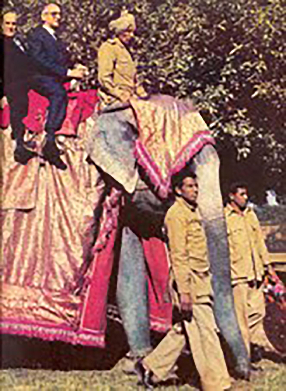 En la India montando un elefante, foto que le trajo críticas y burlas
