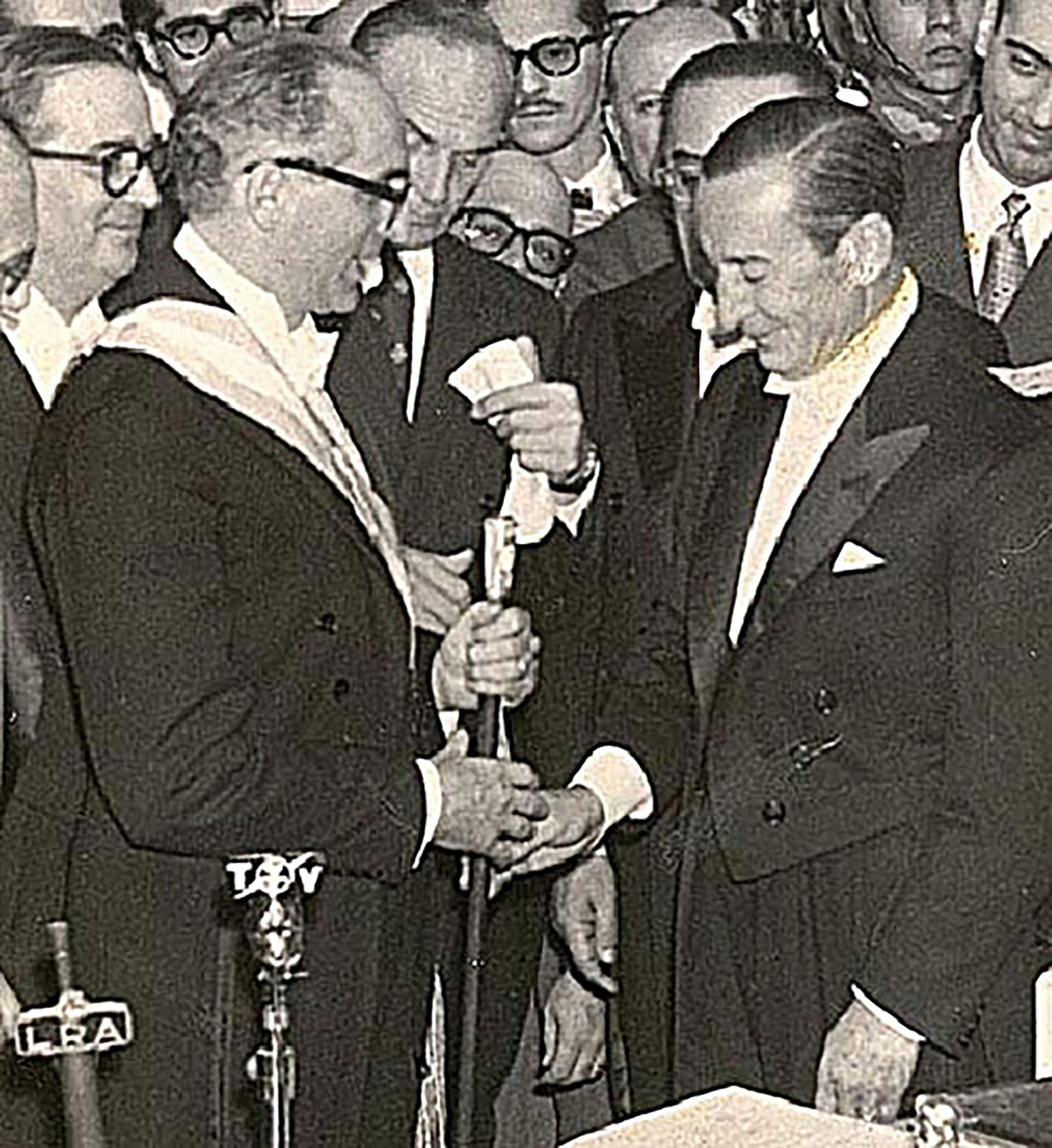 Arturo Frondizi recibe el mando de manos del general Aramburu