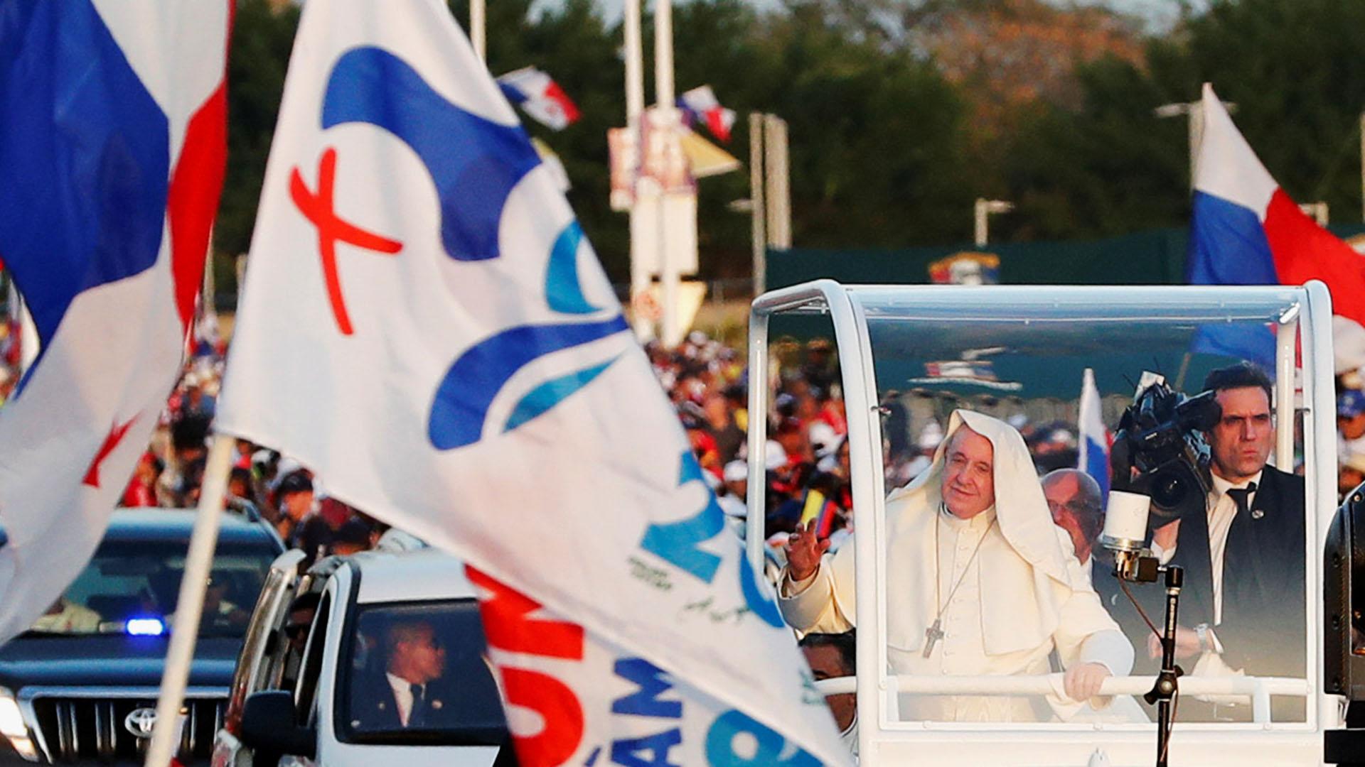 El Papa llegó a la vigilia en su papa móvil (Reuters)