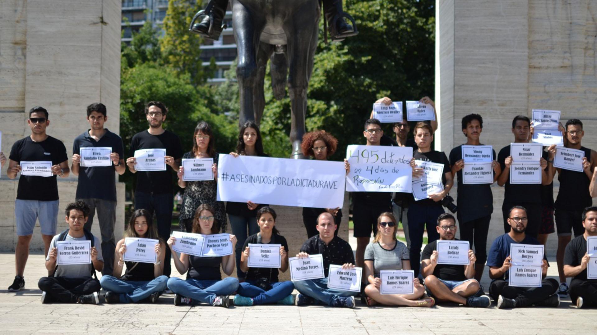 """""""#AsesinadosPorLaDictaduraVE"""" fue la principal leyenda que portaron los manifestantes"""