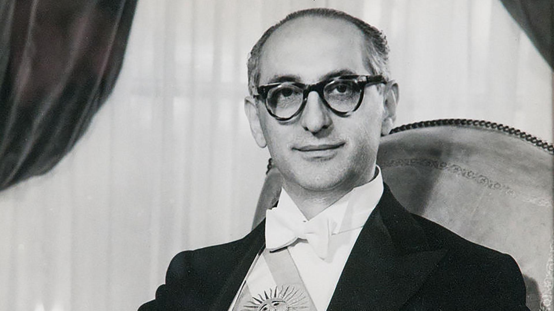 Arturo Frondizi: claveles para el presidente olvidado y enterrado ...