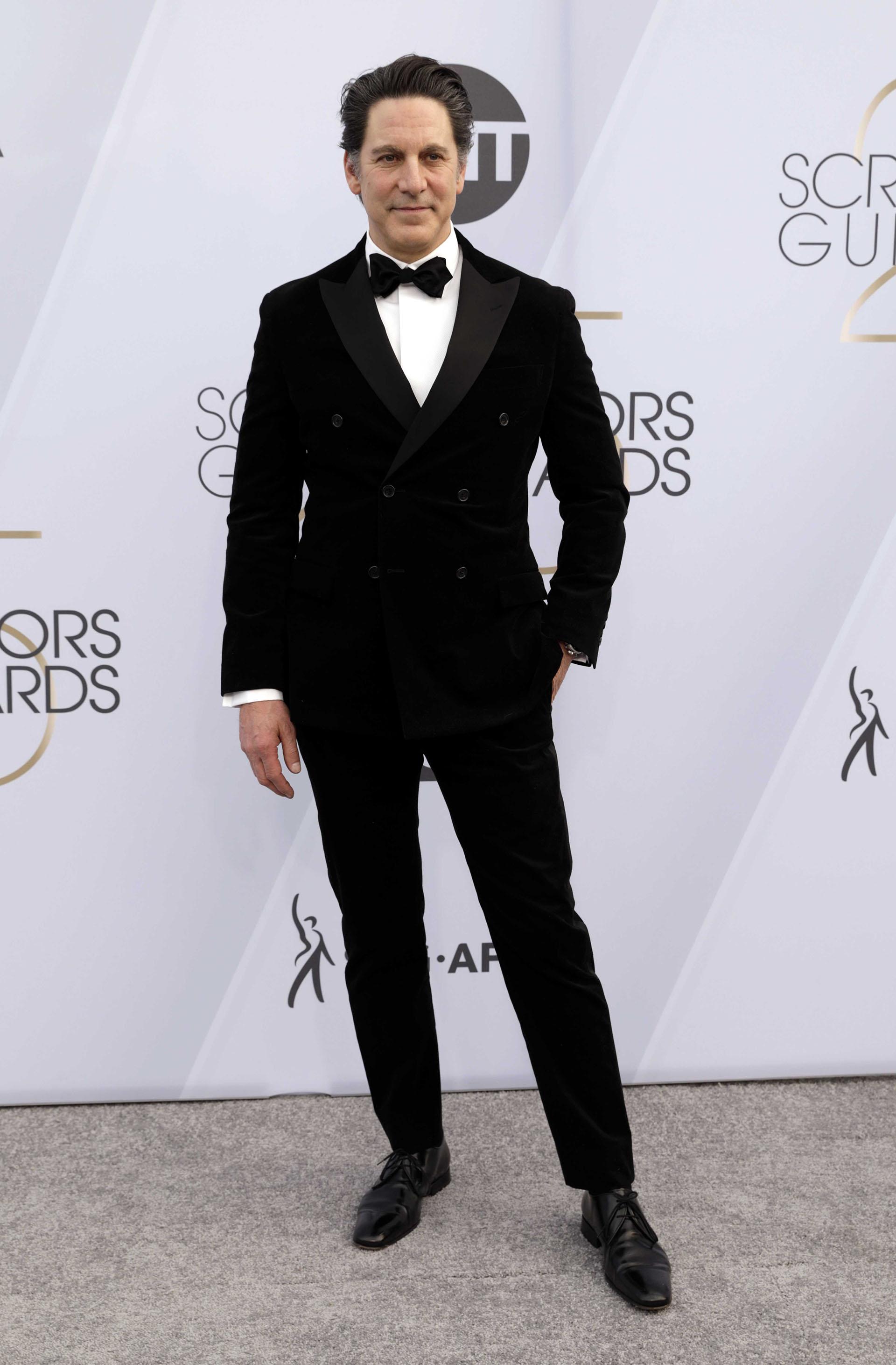 El actor Scott Cohen escogió el esmoquin negro correcto