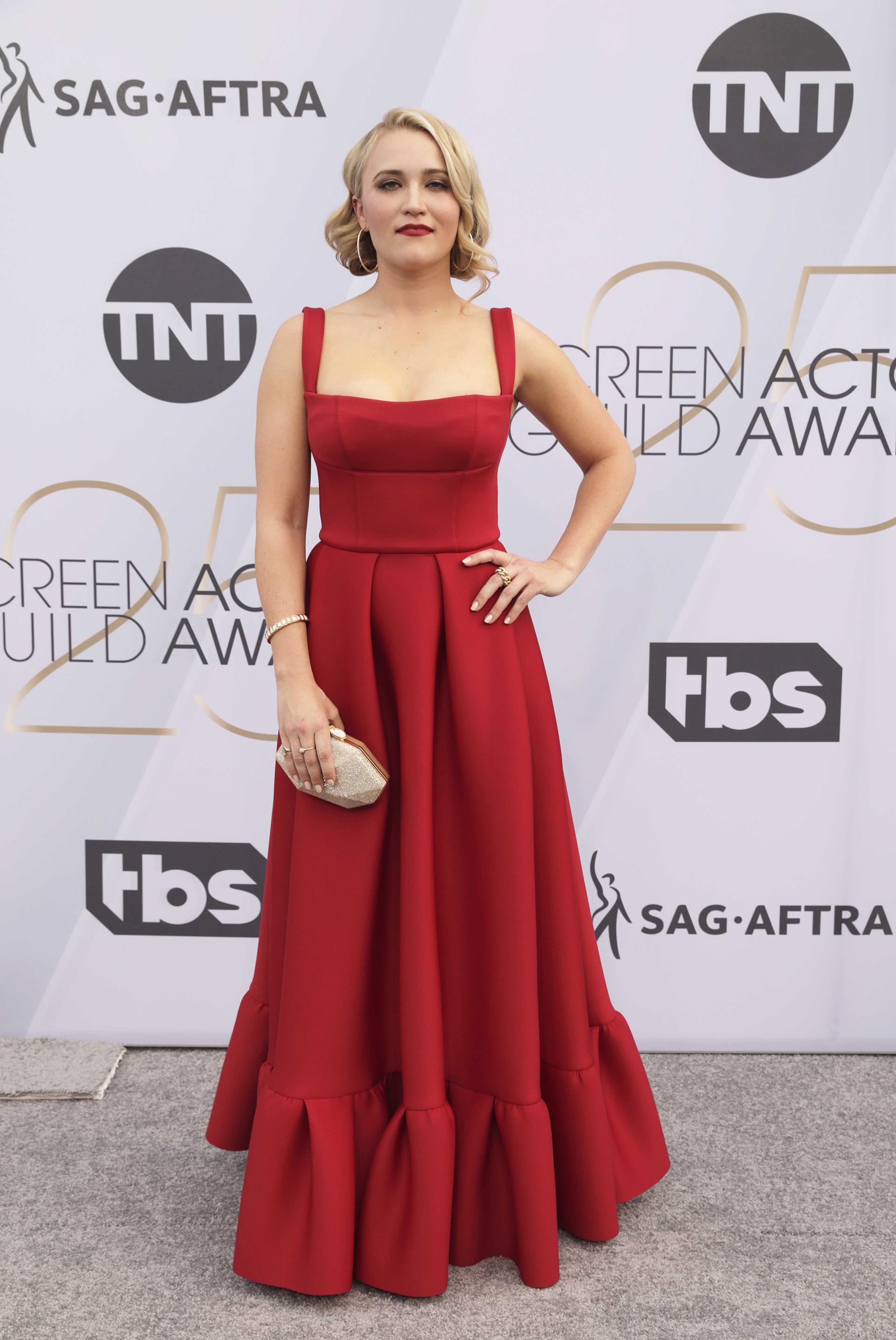 Emily Osment eligió un color rojo brillante para la 25ª edición de los Premios SAG 2019