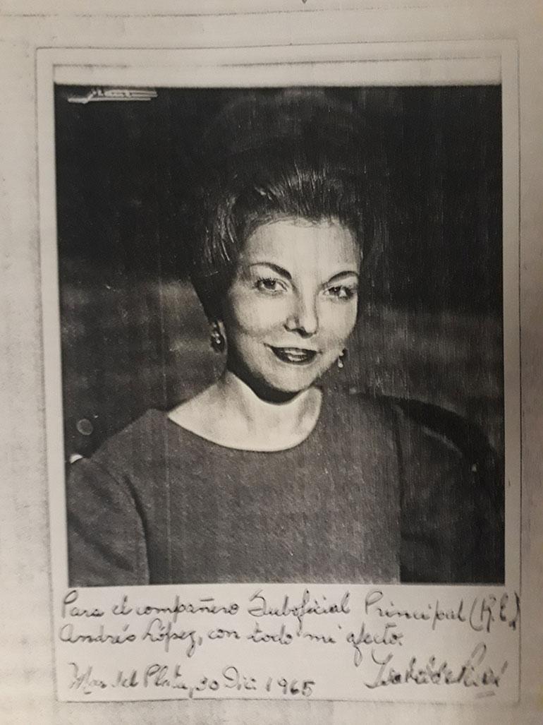 Isabel Perón y una de las tarjetas que enviaba a los miembros del Conasub (Consejo Nacional de Suboficiales)