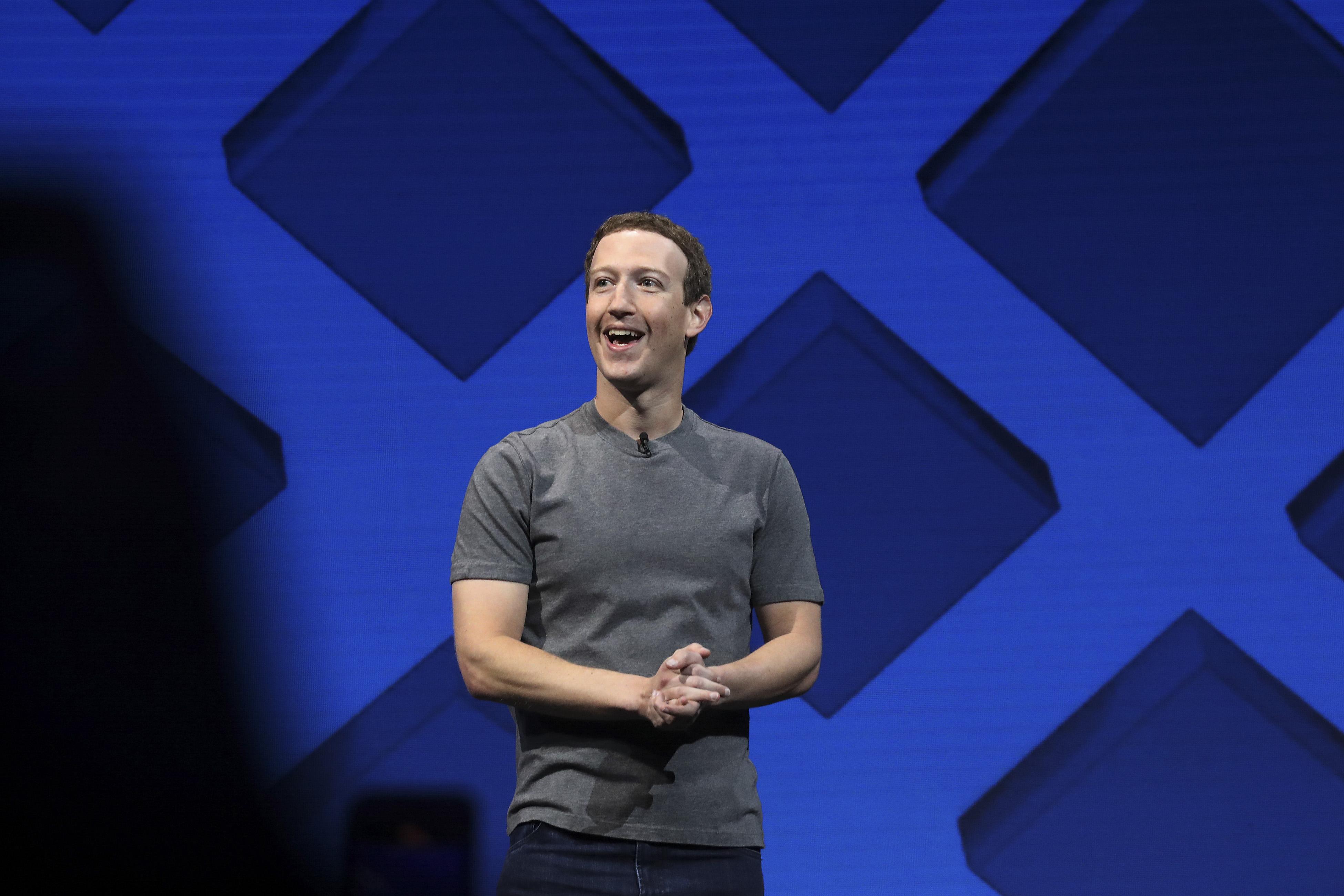 Mark Zuckerberg, desea incrementar la utilidad de la red social para mantener a los miles de millones de usuarios de Facebook enganchados. (Foto: Archivo)