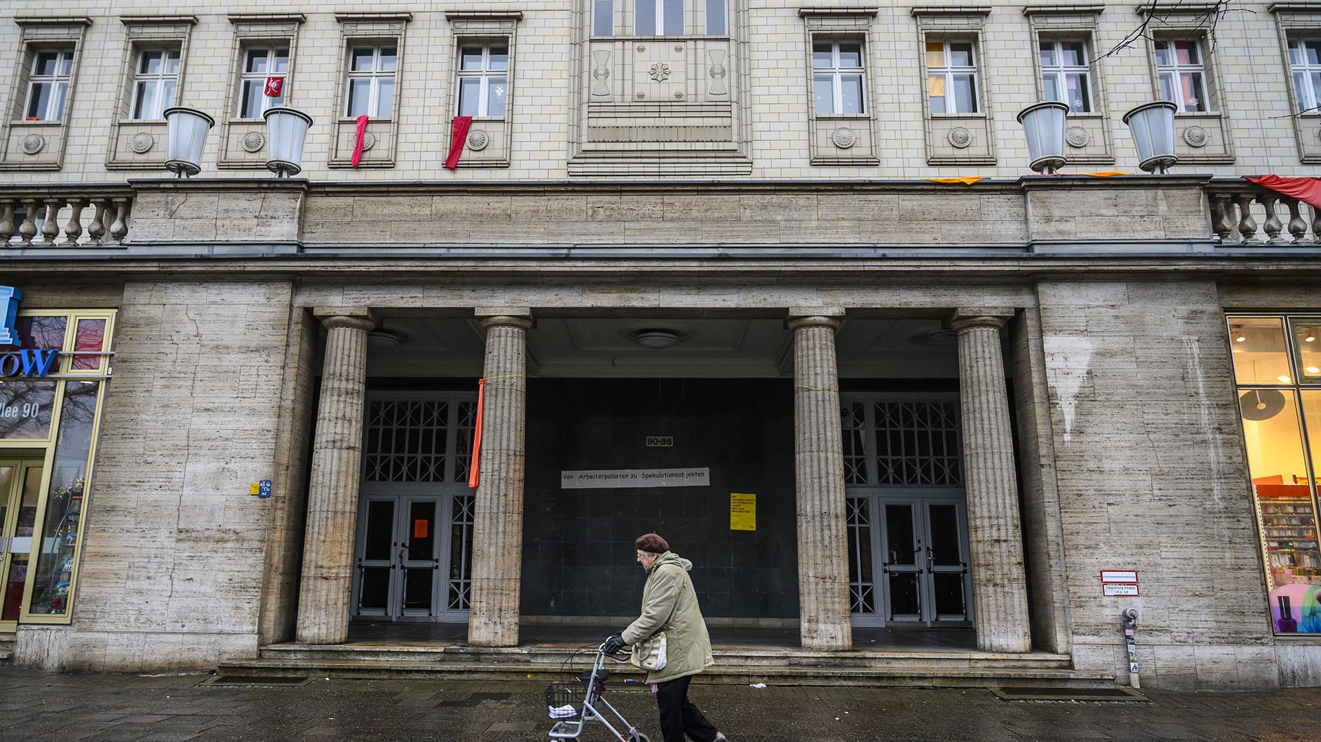 """Una de las imponentes entradas a los """"Stalinbau"""" (Photo by John MACDOUGALL / AFP)"""