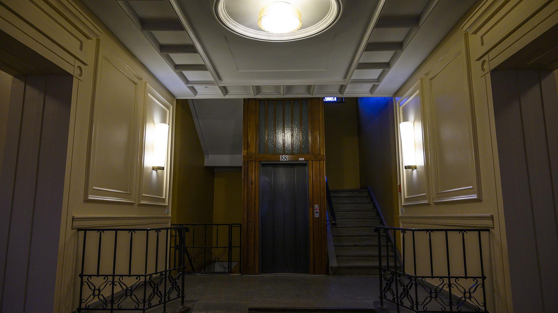"""Interior de una de las """"Construcciones Stalin"""", con vista a la escalera y el elevador (John MACDOUGALL / AFP)"""
