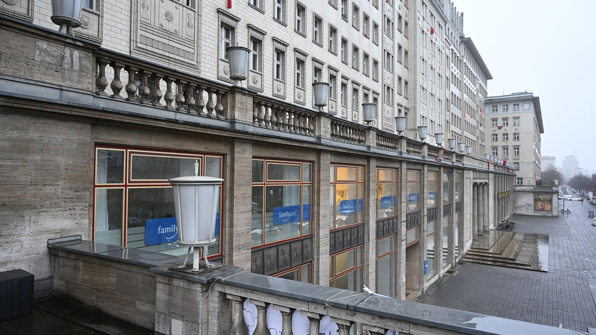 Los edificios fueron algunas vez la ostentación de Alemania del Este. Hoy sus residentes luchan contra la gentrificación (John MACDOUGALL / AFP)