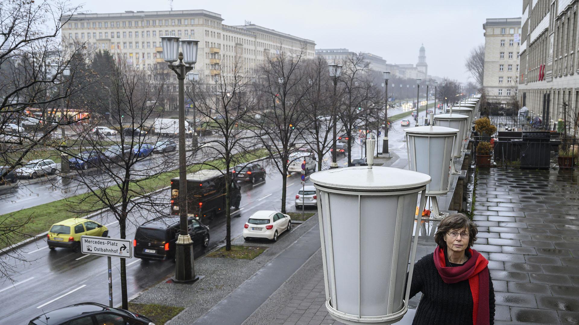 La residente y activista Ruth Notowicz en la terraza de su departamento sobre la avenida Karl Marx (John MACDOUGALL / AFP)