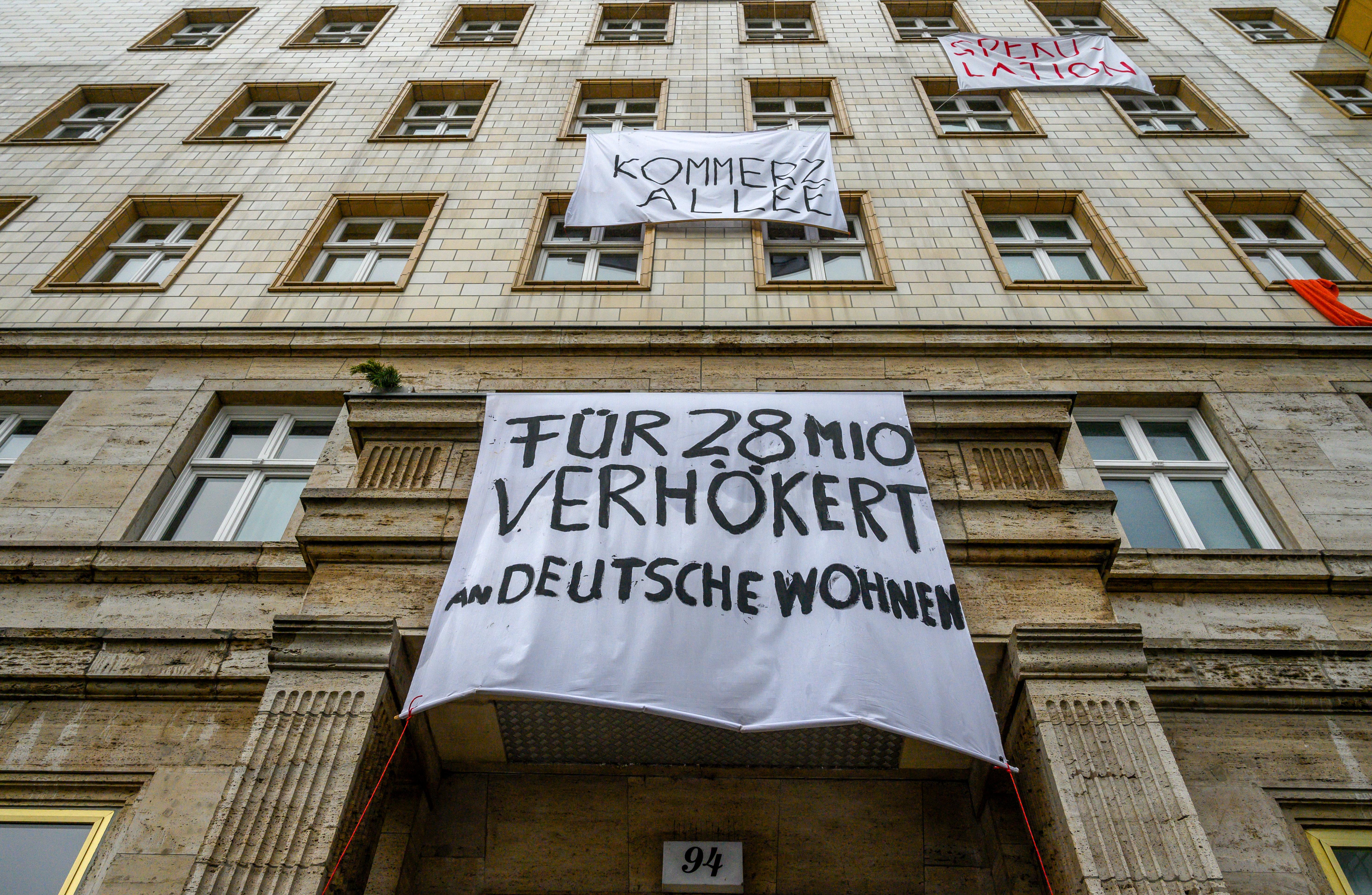 Carteles de protesta sobre uno de los edificios de arquitectura soviética (John MACDOUGALL / AFP)