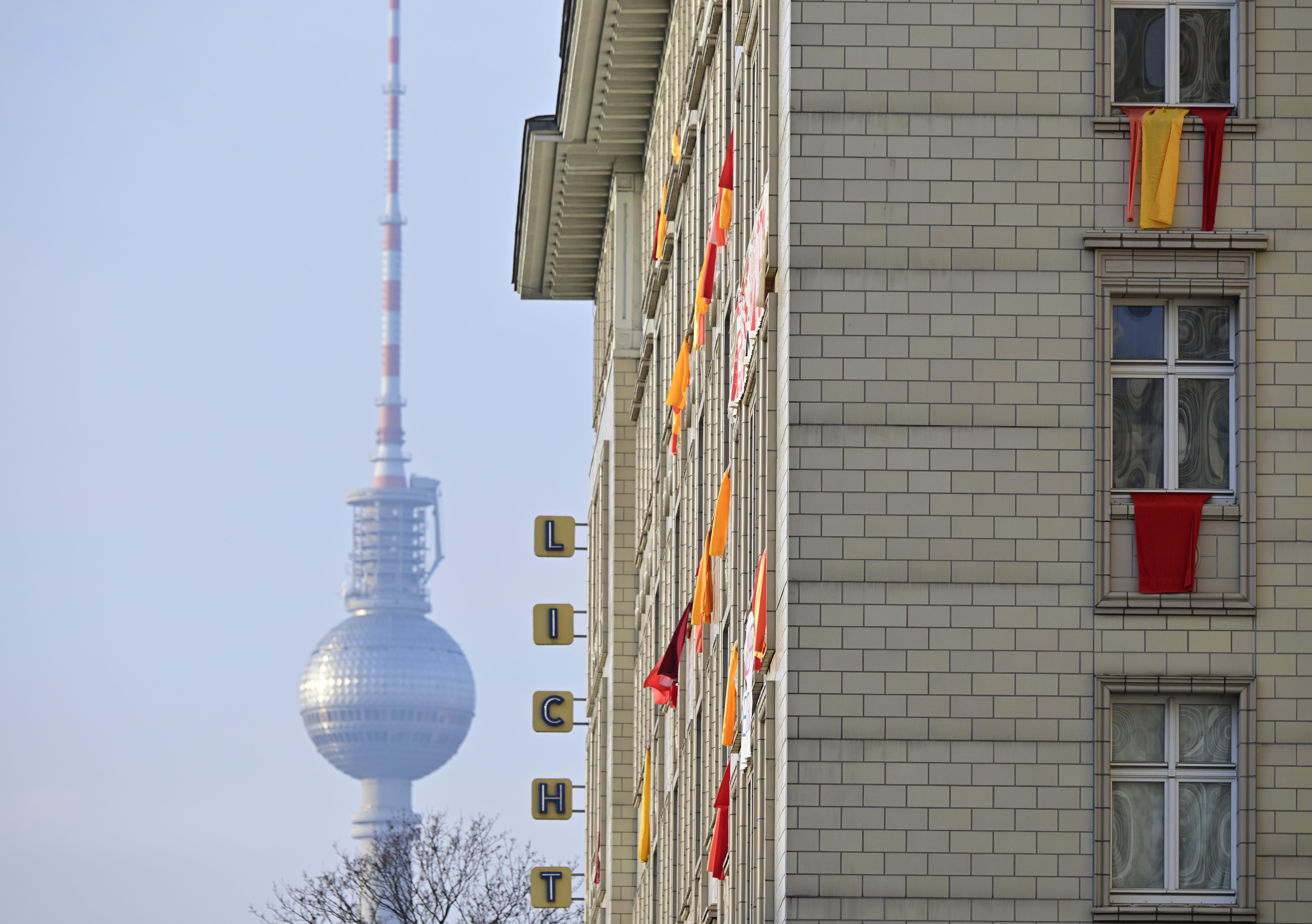 Uno de los edificios en cuestión, con la icónica Fernsehturm (Torre de Televisión) de Berlín del Este, sobre Alexander Platz (Photo by Tobias SCHWARZ / AFP)