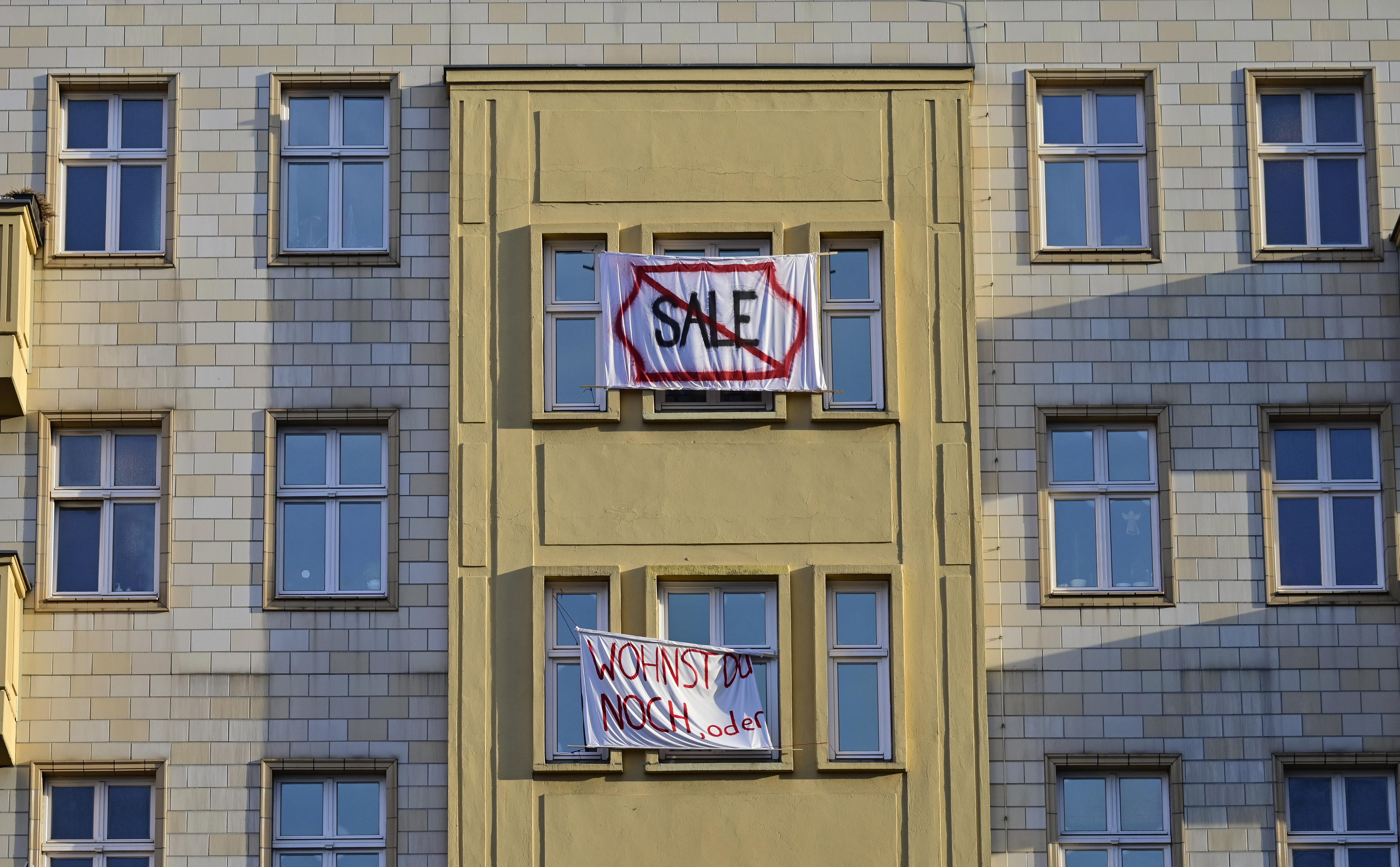 El rechazo a la venta de los inmuebles, en carteles de protesta (Photo by Tobias SCHWARZ / AFP)