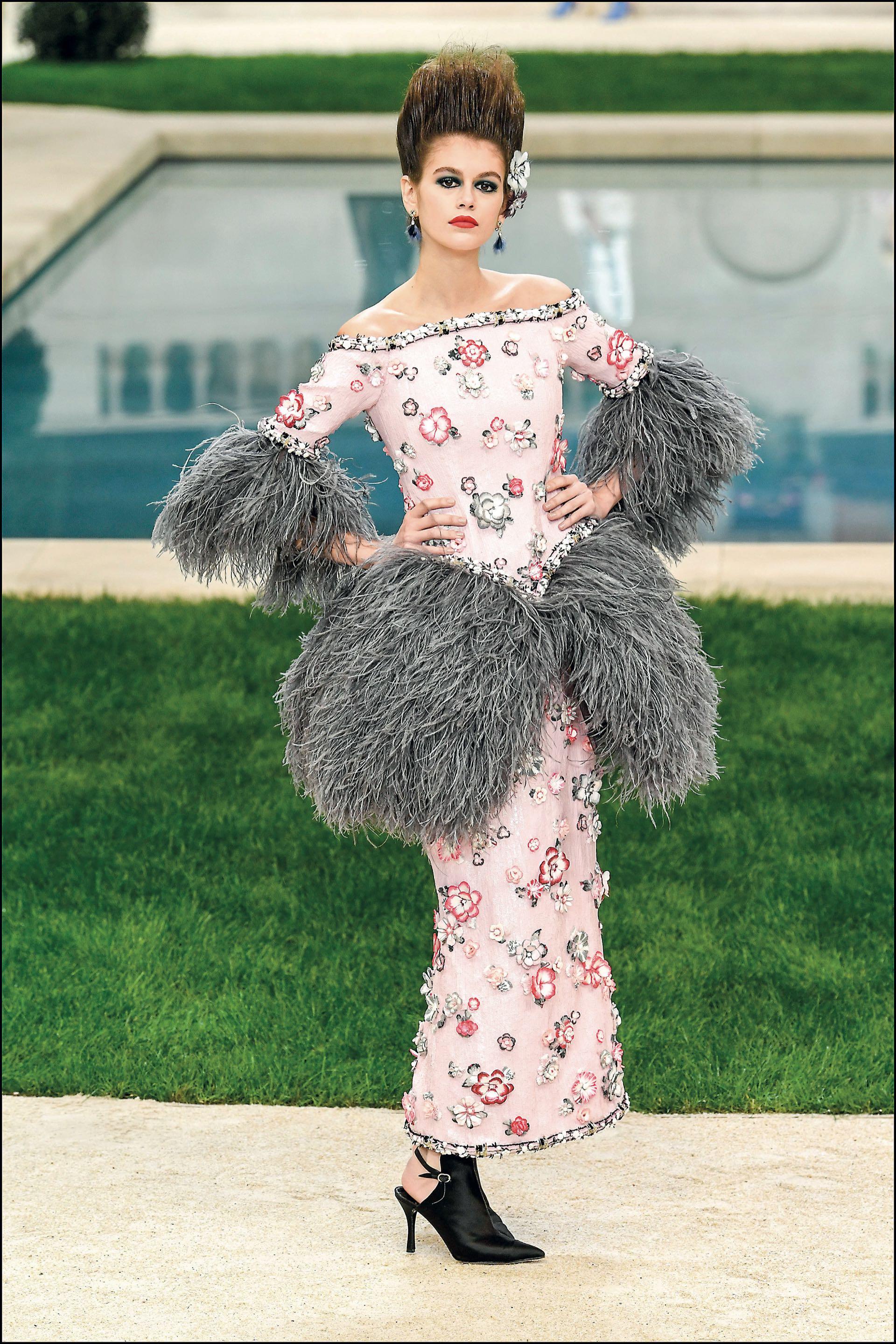 Kaia Gerber en la pasarela de Chanel, la última creación de alta costura de Lagerfeld