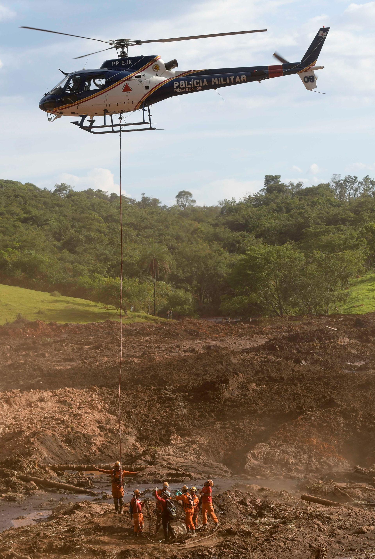 Los trabajados de las autoridades continúan tras la tragedia en Minas Gerais (Reuters)
