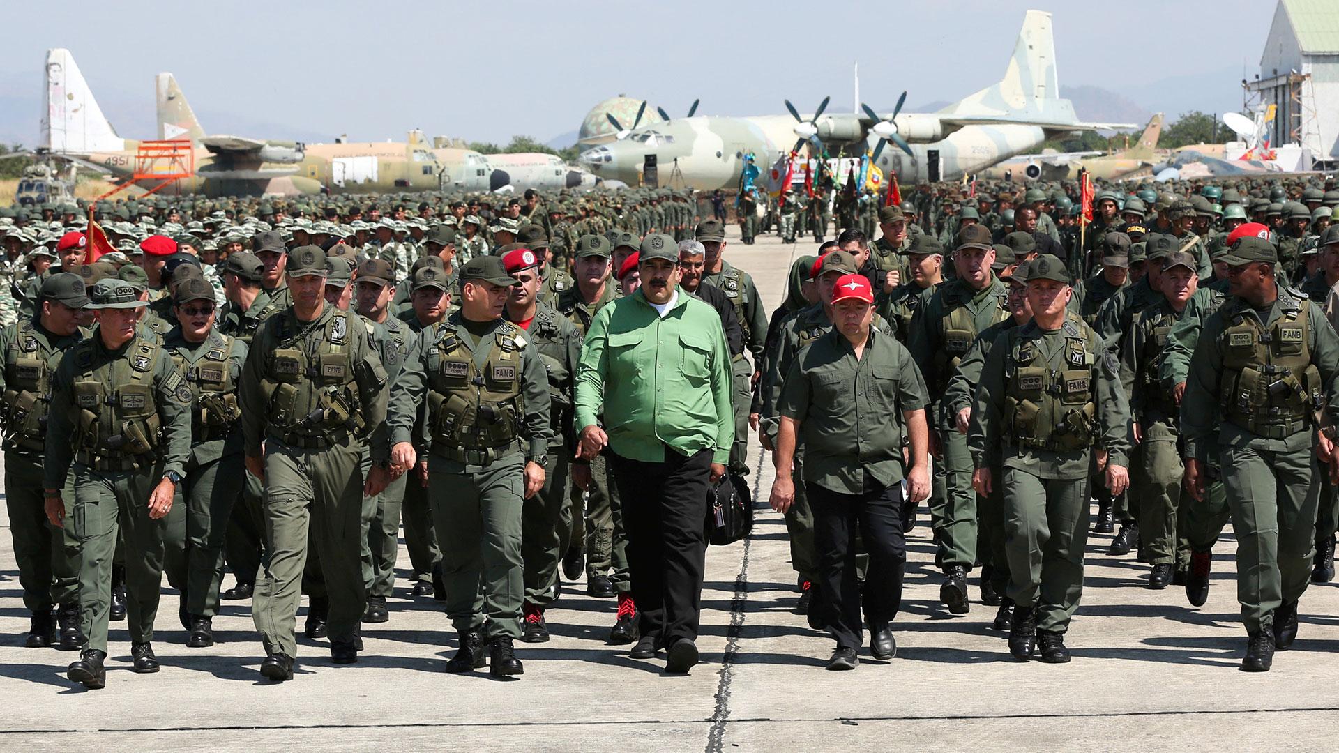 Maduro con militares (Reuters)