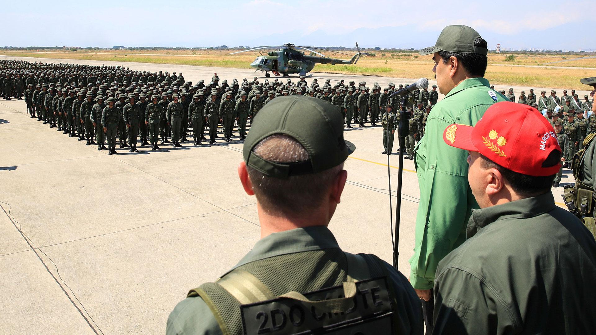Nicolás Maduro con militares, una imagen cotidiana en Venezuela (Reuters)