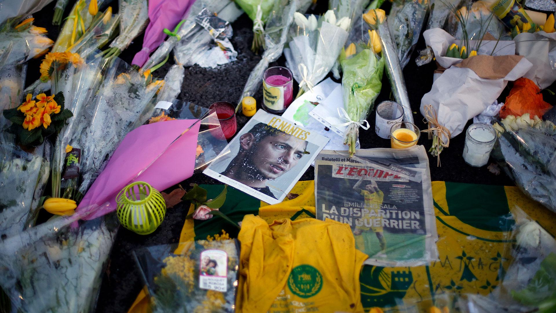 Los fans acercaro flores y camisetas con su nombre
