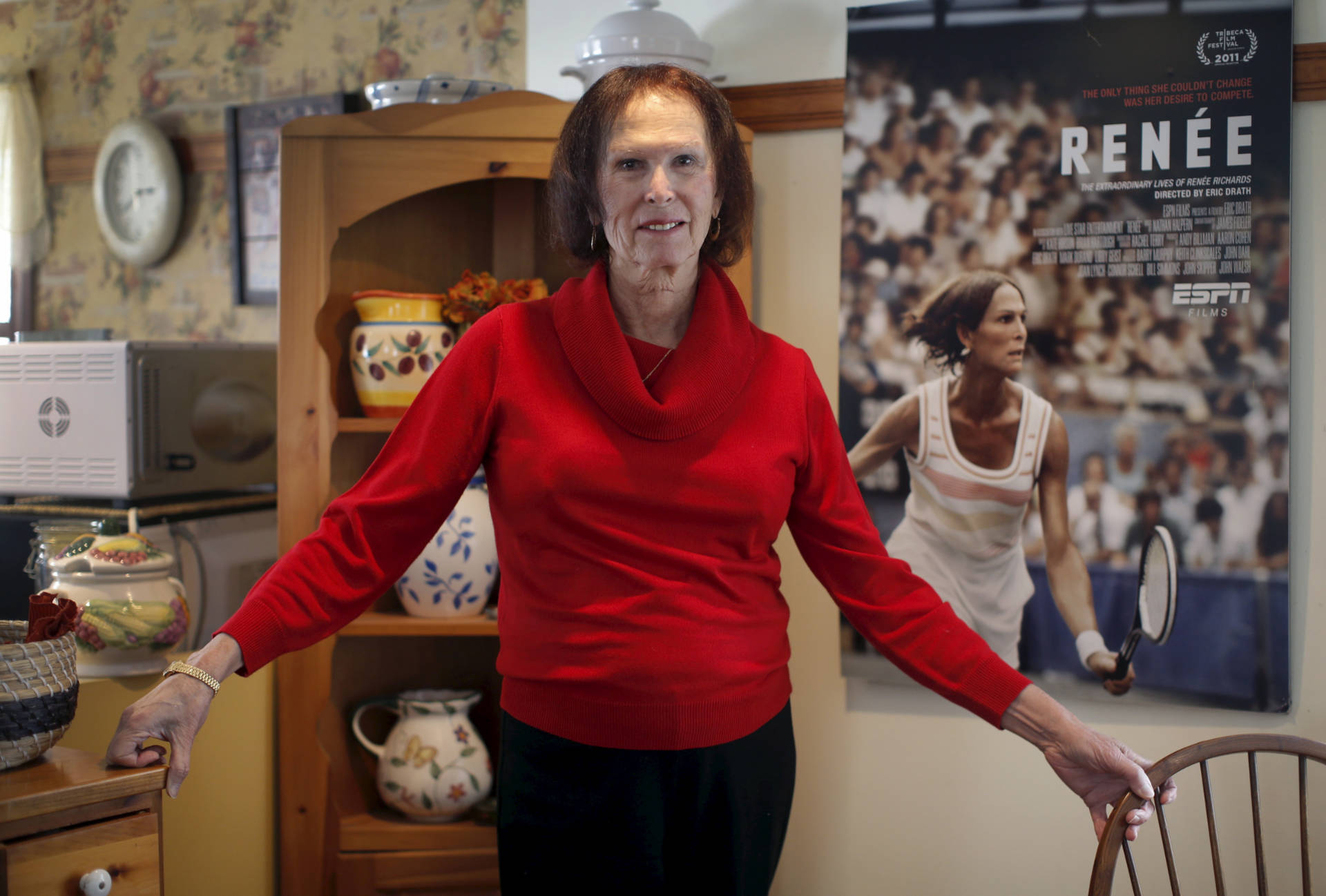 Renée, antes Richard, posa en su casa delante de un afiche que la muestra en acción. En 1977 jugó en Buenos Aires, ganó la final y se llevó todas las miradas.