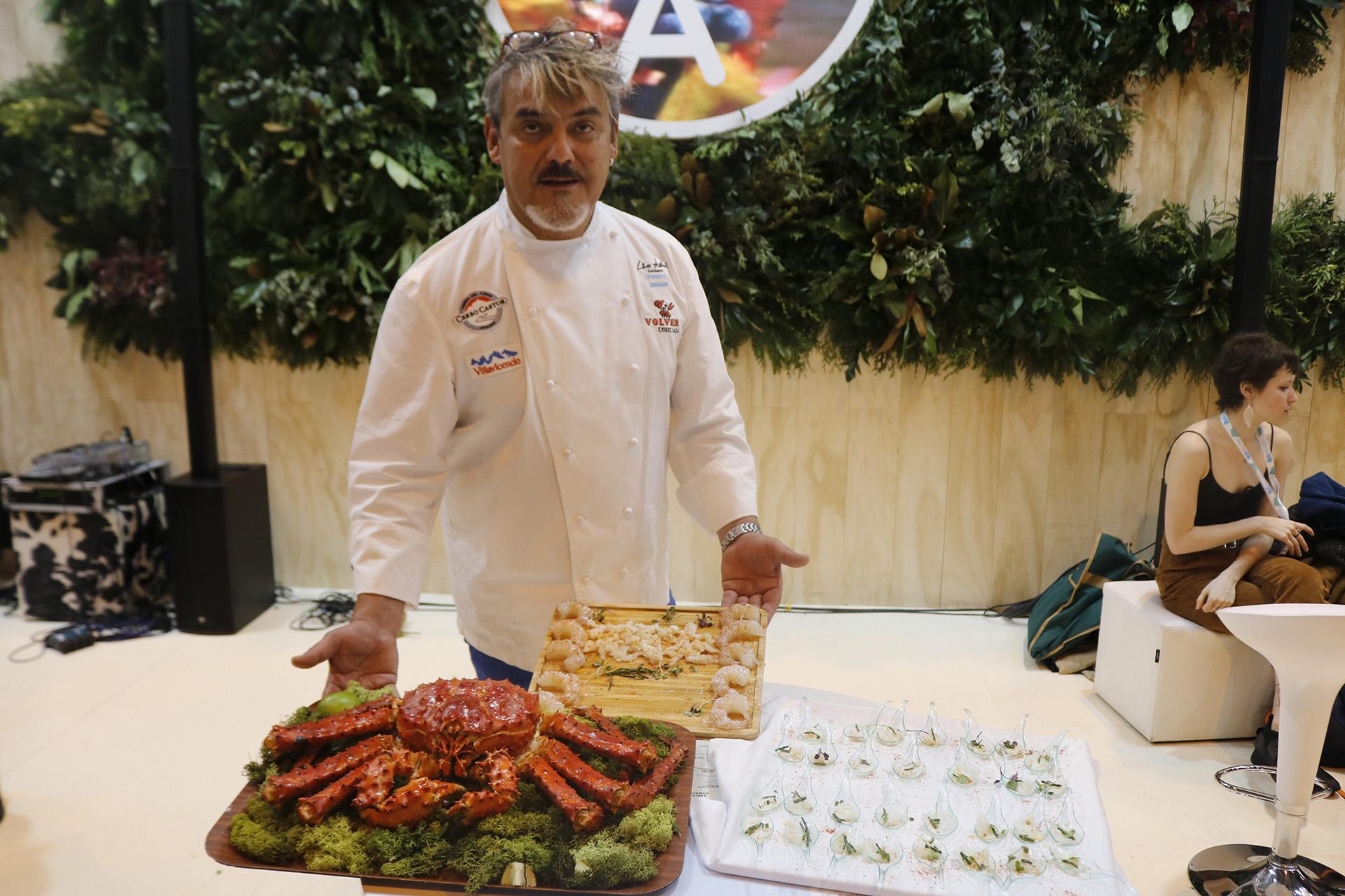 El chef Lino Adillón y uno de los platos emblema de Tierra del Fuego: la centolla. También estuvo cocinando en el stand argentino el chef Javier Brichetto