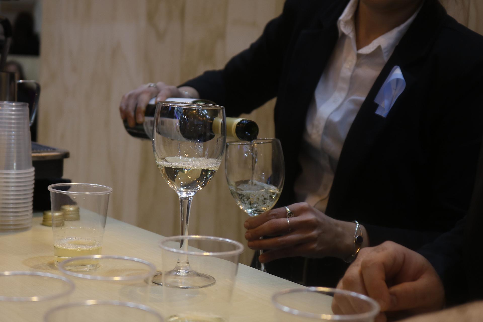 Los vinos argentinos, también presentes. Santos y el gobernador de Mendoza, Alfredo Cornejo, presentaron la oferta vitivinícola en el stand de la Asociación Española de Enoturismo. Además, Argentina, Mendoza y Nouvelle-Aquitaine firmaron un convenio de Cooperación para que el país sea Viñedo Invitado en La Cité du Vin de Bordeaux.