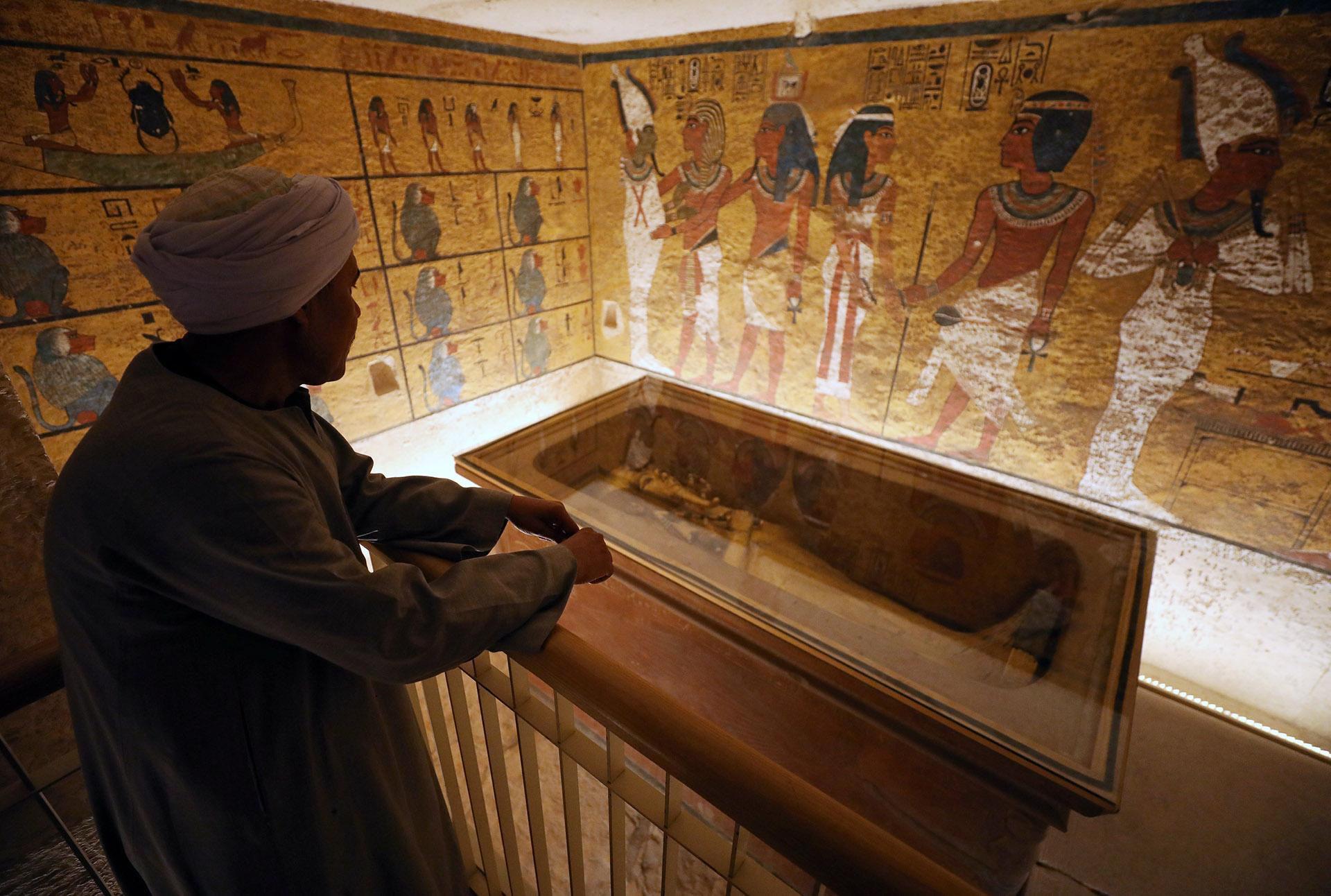 Aunque las piezas más bellas del tesoro de Tutankamón pueden apreciarse en el museo egipcio de El Cairo, la tumba alberga aún la momia del faraón, que fue introducida en un cajón de vidrio sin oxígeno con su sarcófago exterior en madera dorada