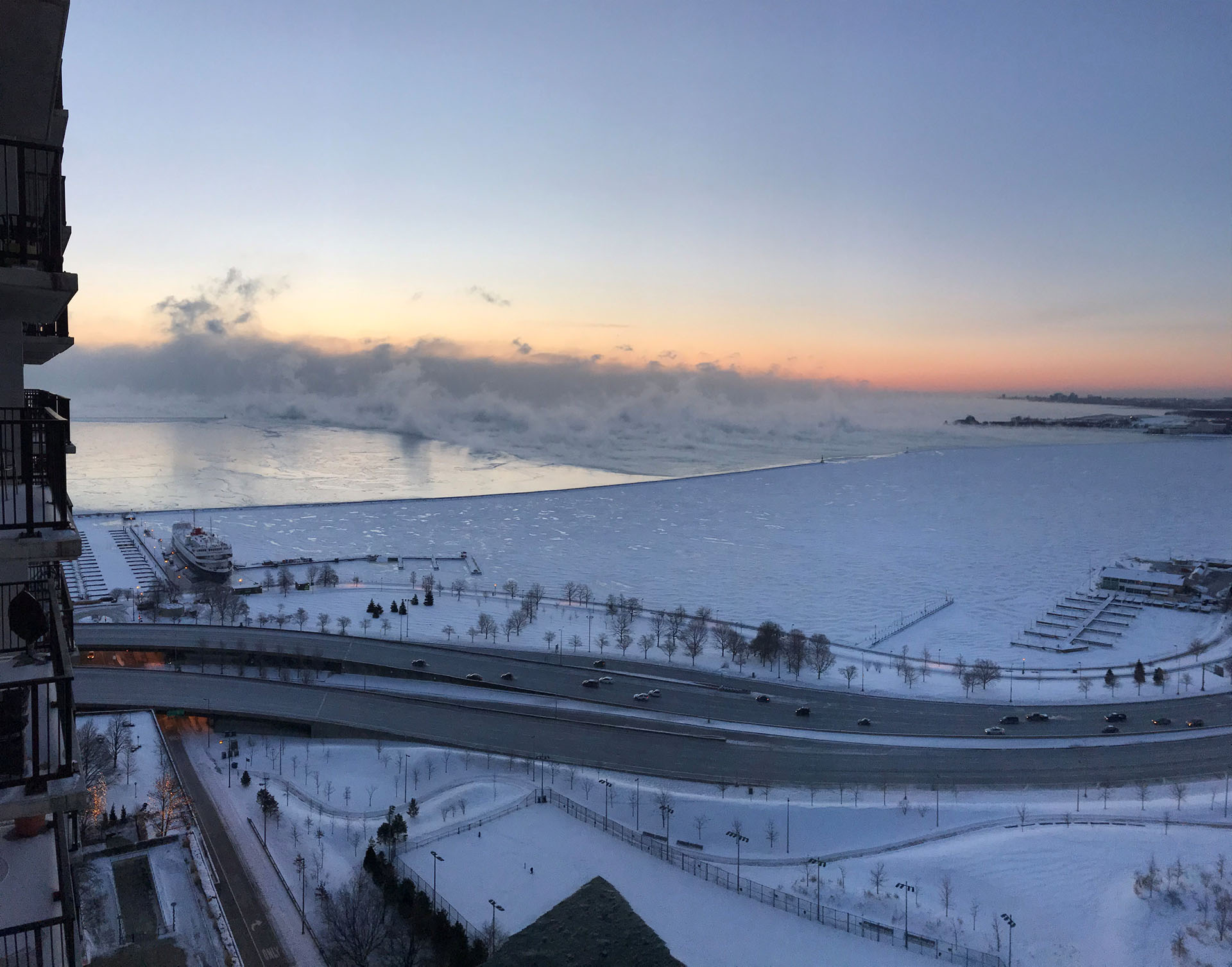 Vapor sobre un Lago Michigan casi totalmente congelado, en Chicago.
