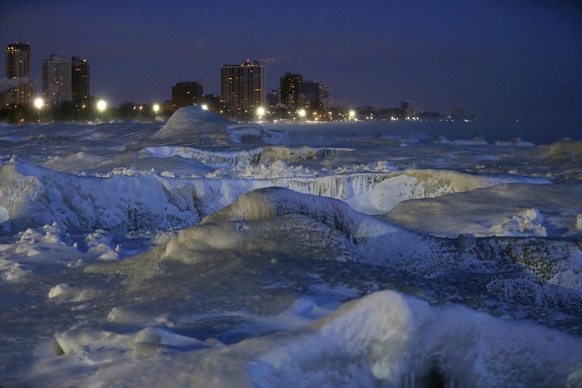 Hielo sobre la costa del Lago Michigan, antes del amanecer en la ciudad de Chicago.