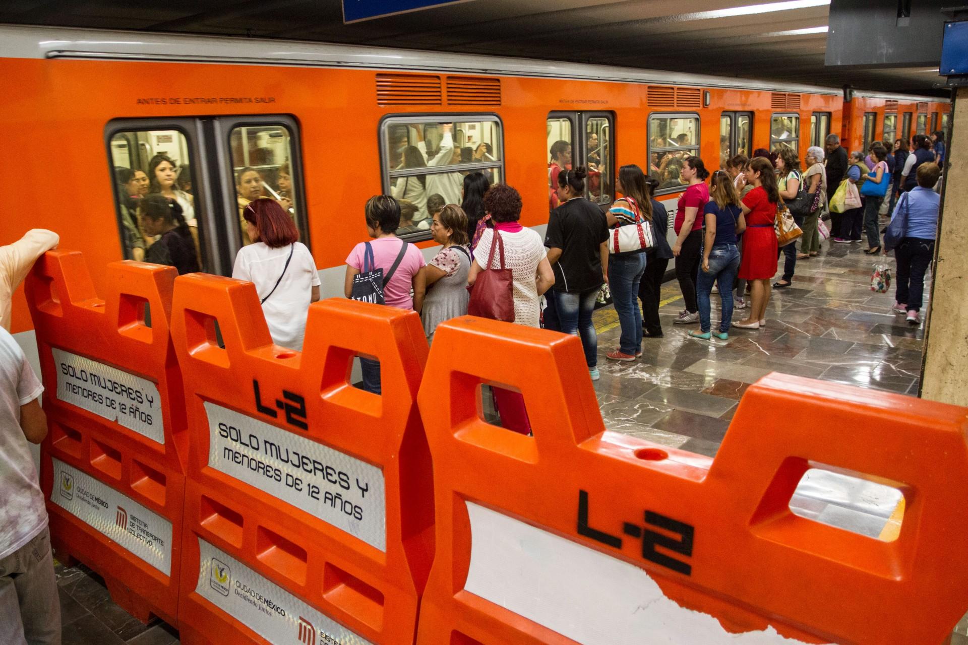 Los vagones exclusivos para que las mujeres viajen en el Metro (FOTO: ISAAC ESQUIVEL /CUARTOSCURO.COM)