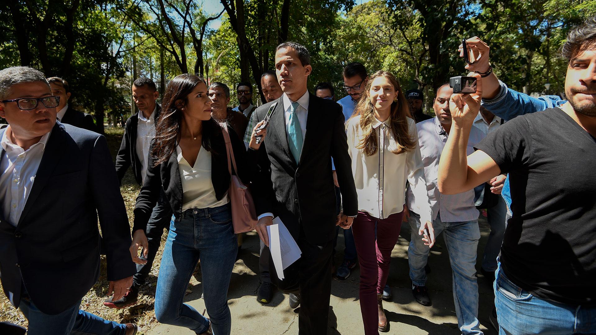 Juan Guaidó junto a su esposa (AFP)