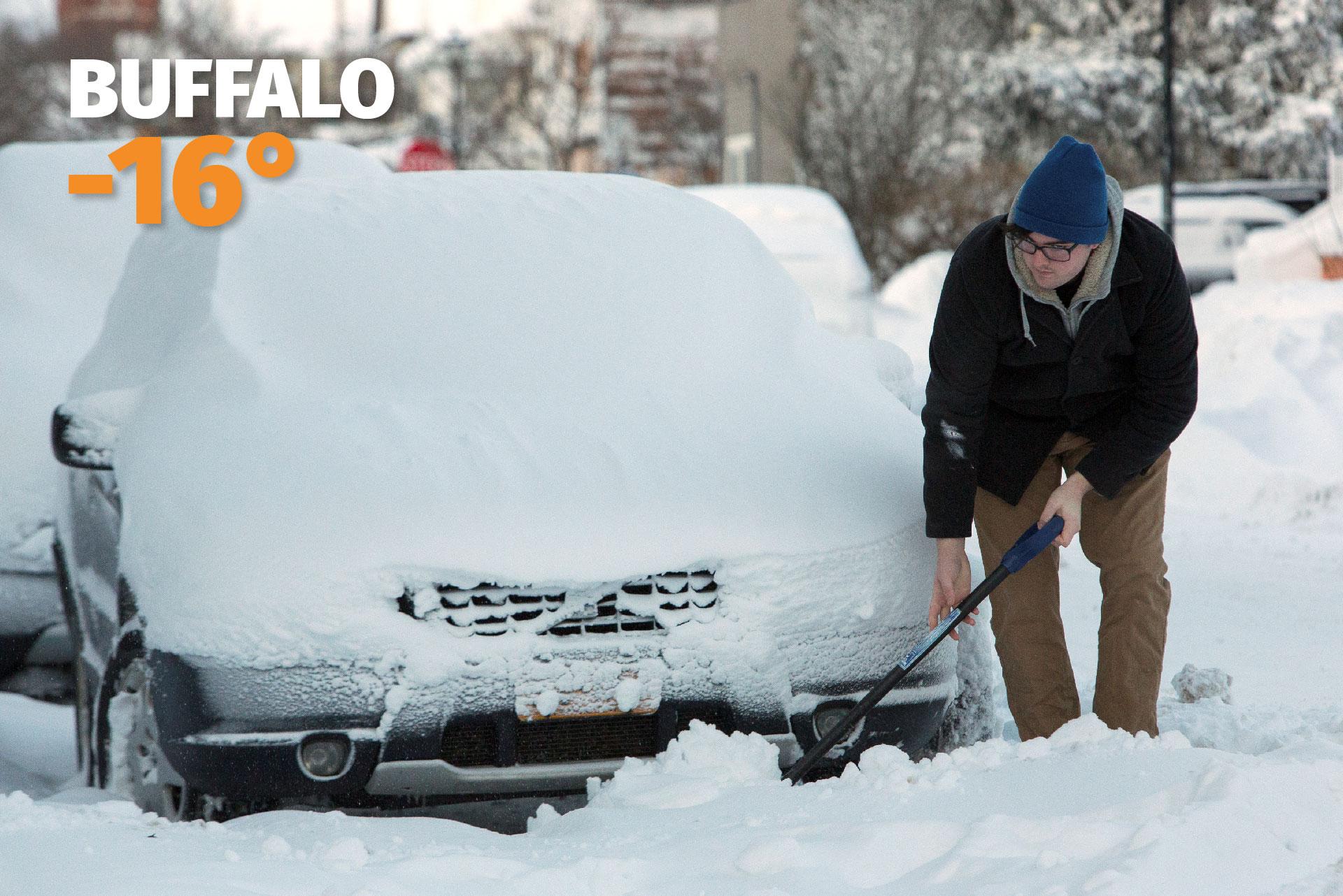 Un hombre trata de quitar la nieve de su auto en Buffalo, la ciudad vecina a las cataratas del Niágara, donde la tempratura cayó hasta los -16°C