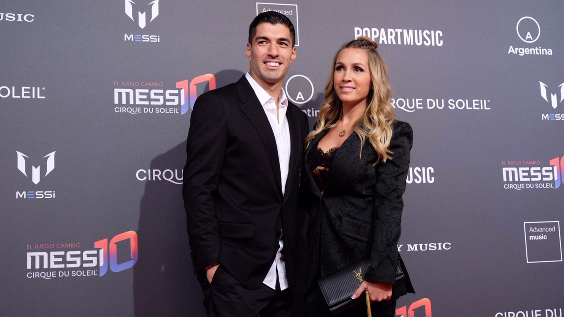 El futbolista del Barcelon FC Luis Suárez y su esposa,Sofia Balbi