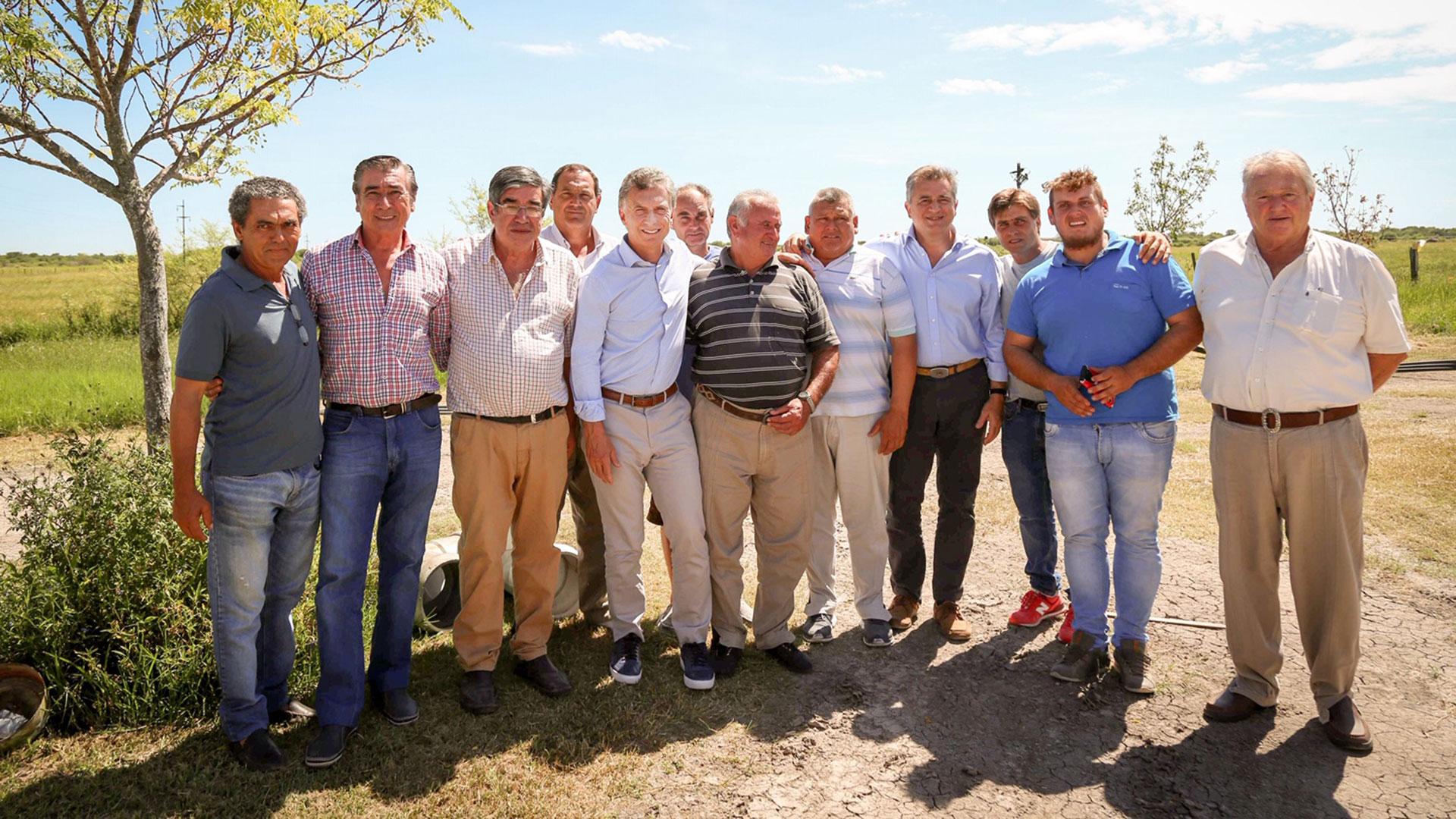El presidente Mauricio Macri recorrió las zonas inundadas de Santa Fe y se entrevistó con productores. En la imagen, junto al secretario de Agroindustria, Luis Miguel Etchevehere