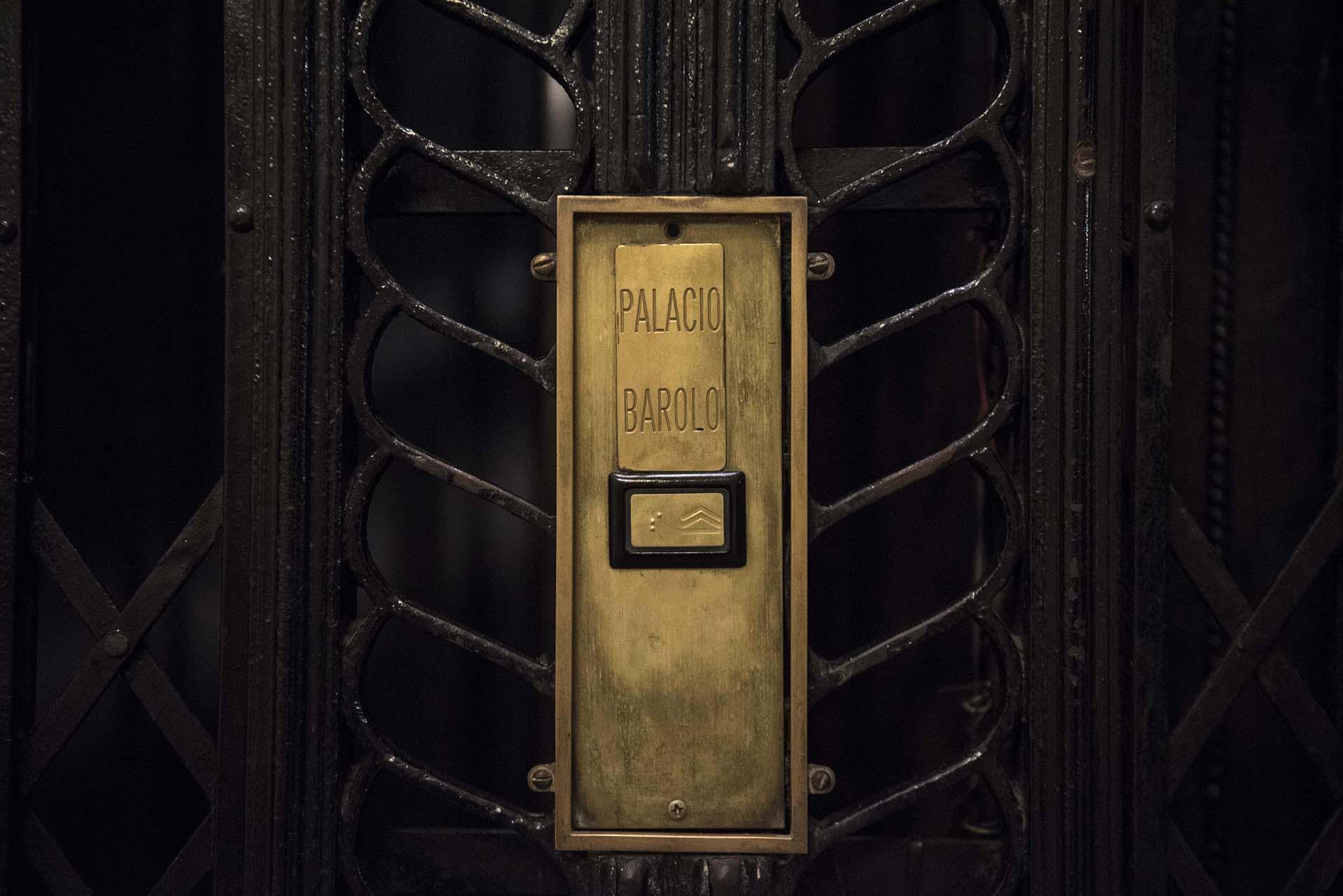 Las visitas consisten en recorrer el Palacio Barolo y los pisos más representativos de los niveles dantescos mientras se cuenta su historia y revelan los significados de todos sus símbolos relacionados con la Divina comedia y la masonería