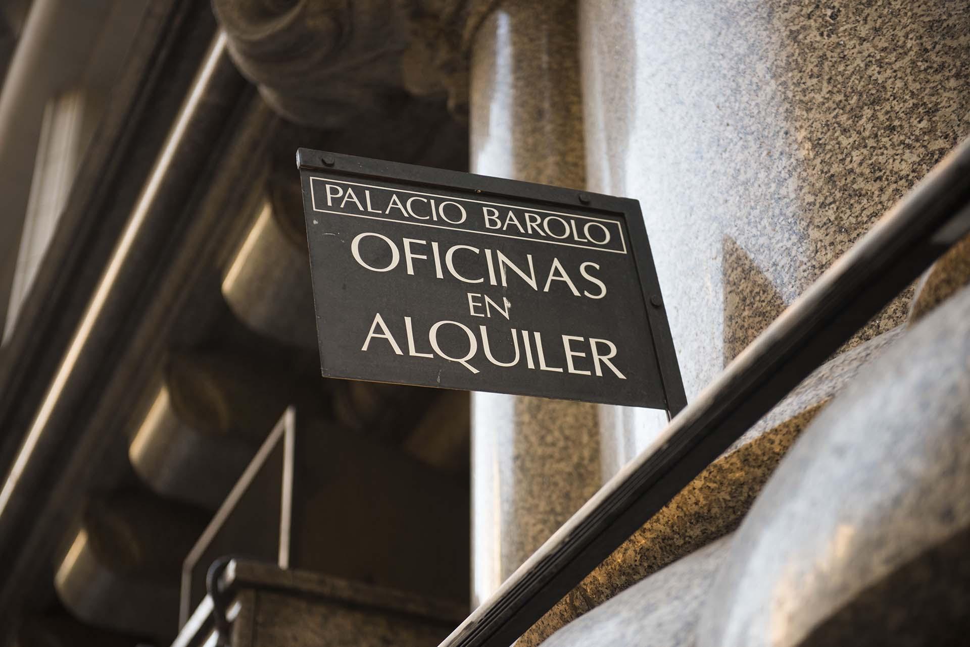 La construcción del arquitecto italiano Mario Palanti se finalizó en 1923, un año después de la muerte de quien encargó el proyecto, el empresario textil italiano Luis Barolo