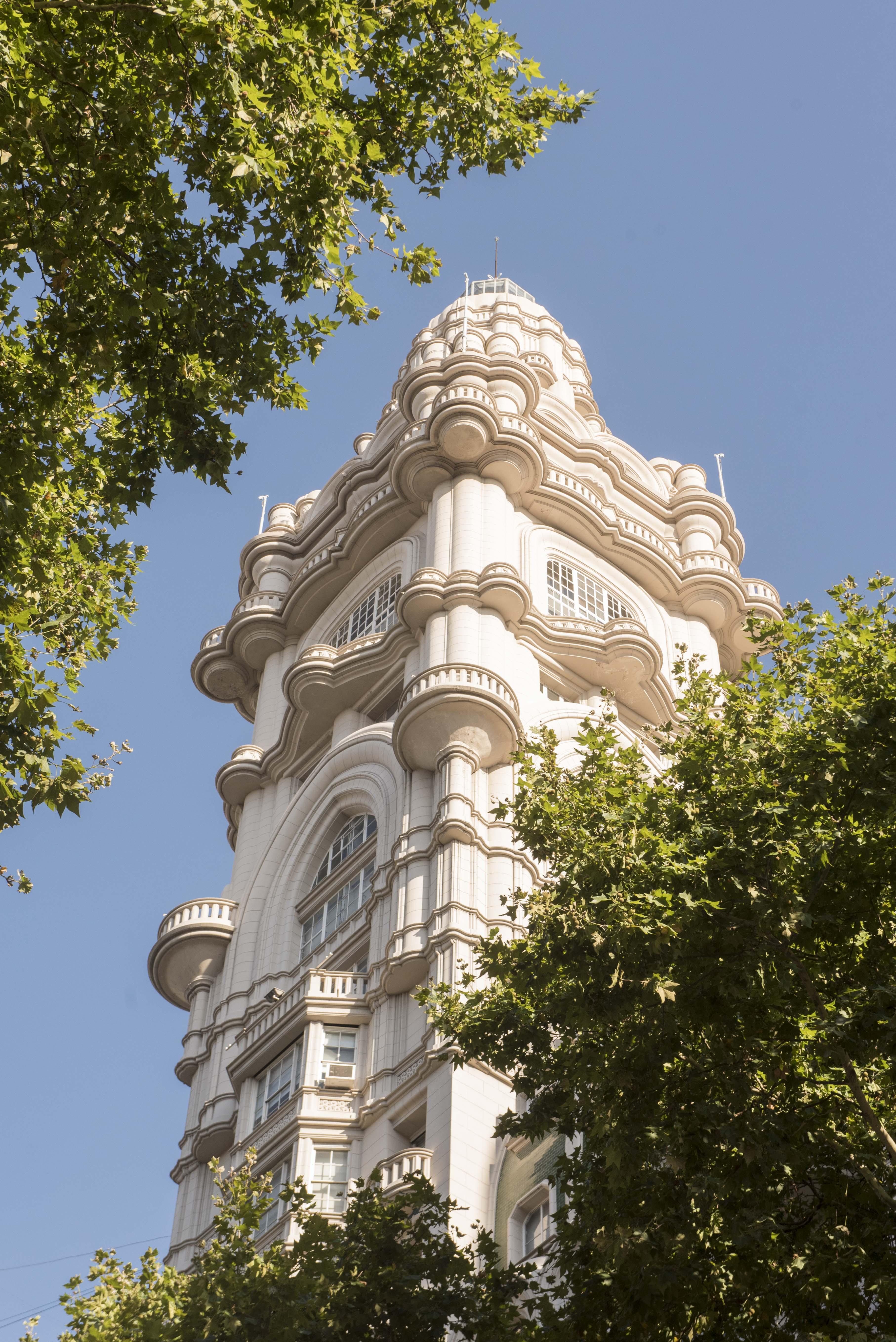 El Palacio Barolo cuenta con su edificio gemelo del otro lado del Río de la Plata. Se trata del Palacio Salvo, construido por el mismo arquitecto en Montevideo, Uruguay, e inaugurado en 1928