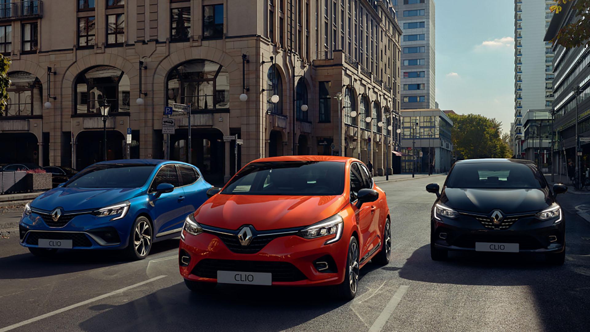 Renault Clio, la versión convencional en el centro, y a los costados las GT Line (izquierda) y Initiale Paris (derecha).