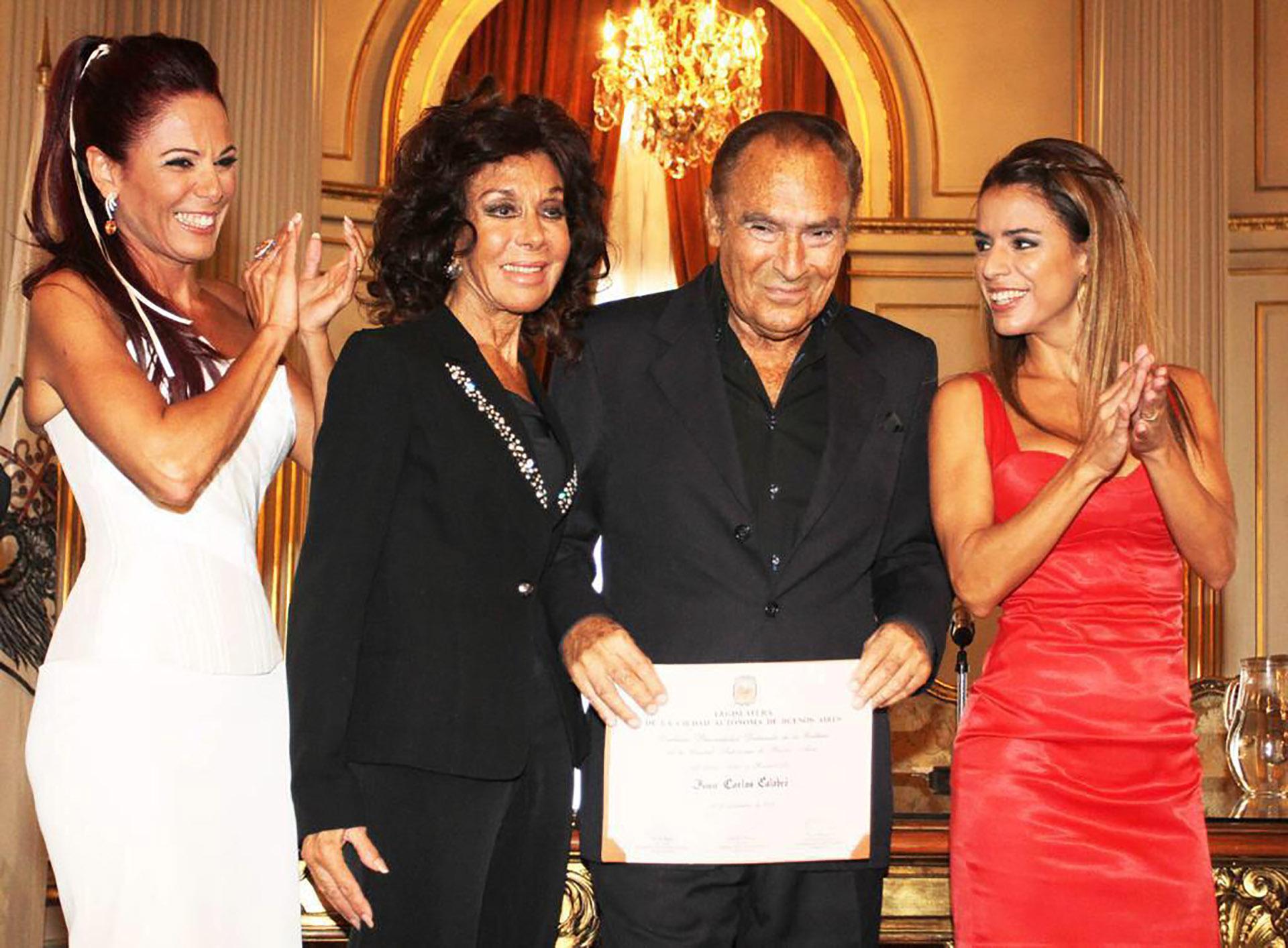 La familia Calabró, unida en el reconocimiento que recibió el humorista como Personalidad Destacada de la Cultura por su trayectoria y su aporte a la cultura