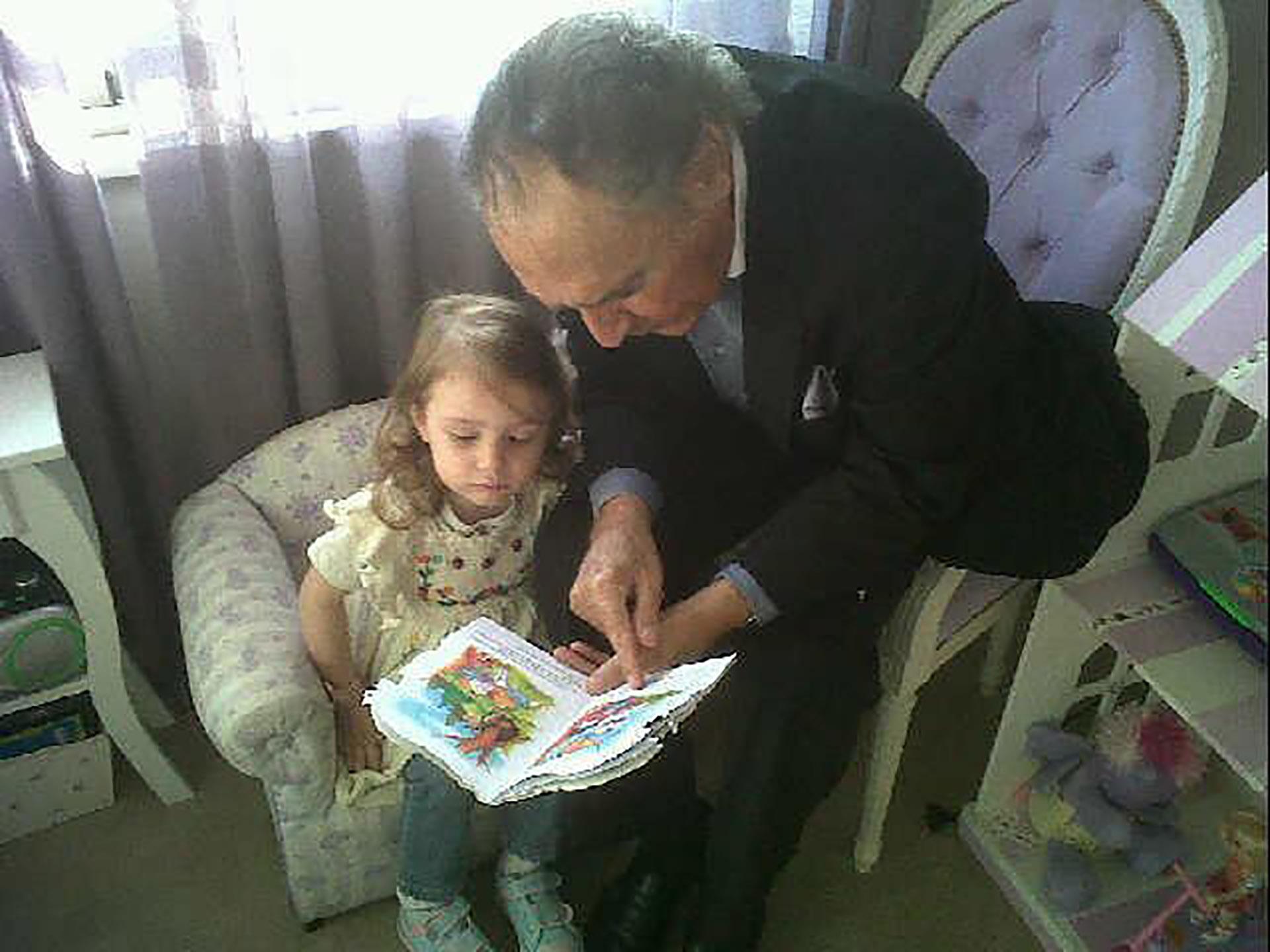 El histórico humorista, jugando con la hija de Marina