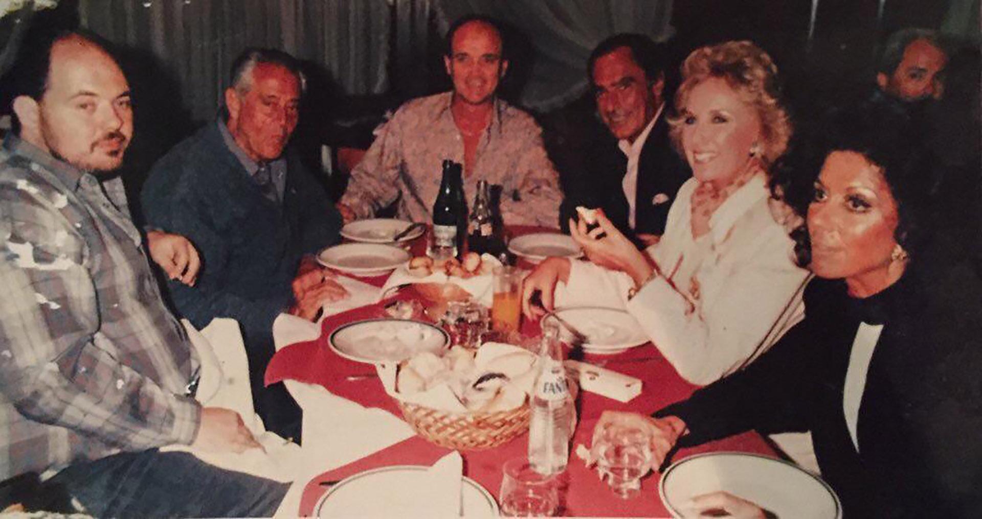 Juan Carlos y Coca, cenando con Mirtha Legrand, Daniel Tinayre y Carlos Rottemberg