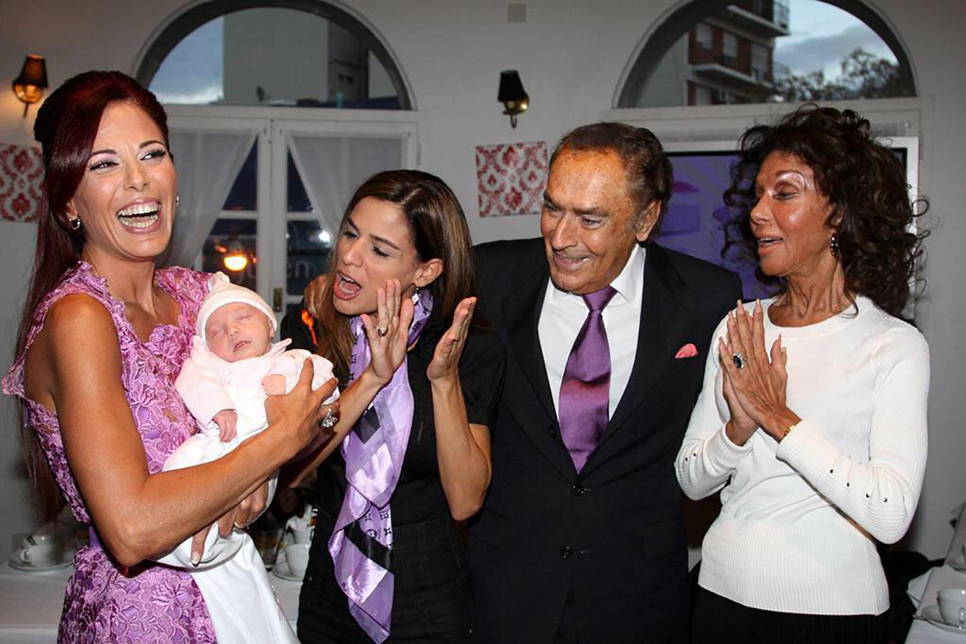 Iliana (con Mía, la hija de su hermana, en brazos), Marina, Juan Carlos y Coca: los Calabró