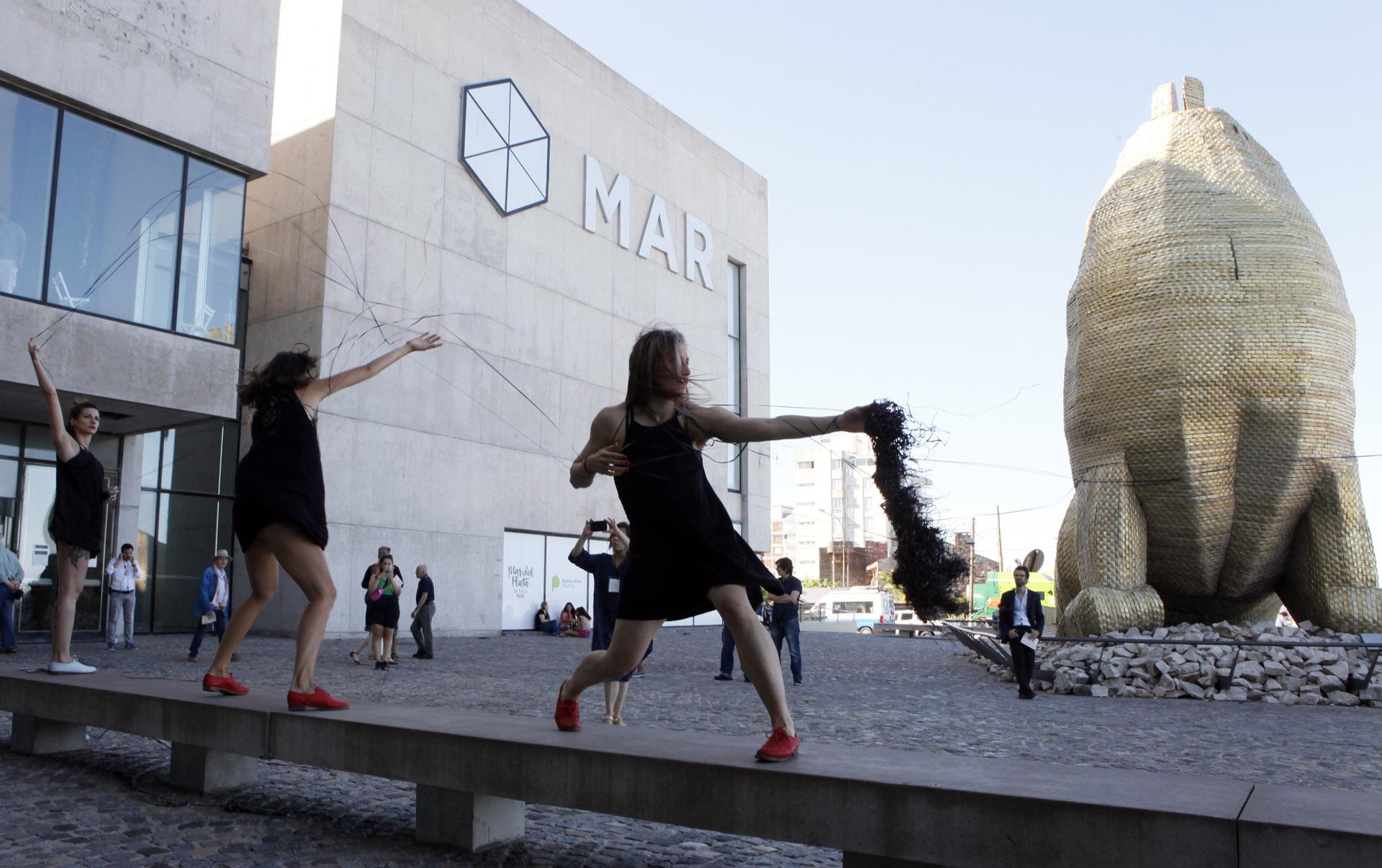 """Otro momento de la """"performance itinerante"""", en la entrada del Museo MAR. Foto: Francisco Mendes"""