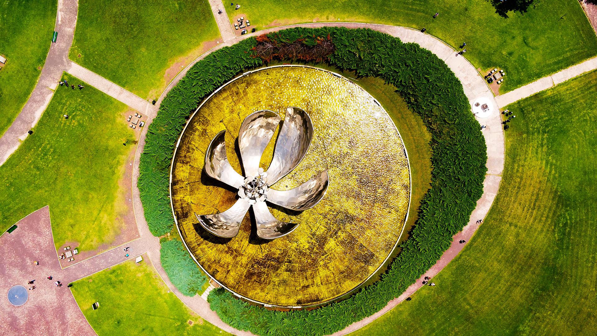 La Floralis Genérica es una escultura metálica que se encuentra en la Plaza de las Naciones Unidas. Este símbolo de la ciudad fue obsequiado e inaugurado en 2002 por el arquitecto Eduardo Catalano. Una de sus características es que sus pétalos se abren o se cierran según la hora del día.