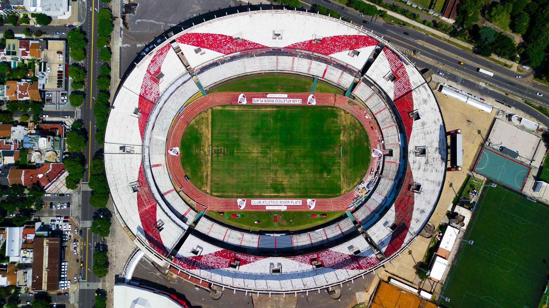 El estadio Monumental pertenece al Club Atlético River Plate y está ubicado en Núñez. Fue inaugurado en 1938 por Antonio Vespucio Liberti, presidente del club en aquel entonces y el actual mandatario Rodolfo Donofrio planea modificarlo.