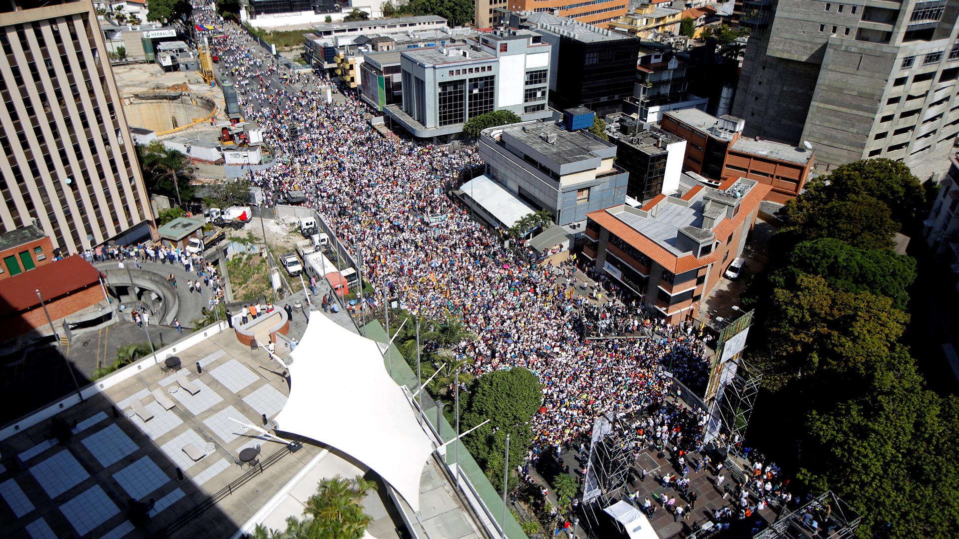 Manifestante llenan autopista principal de Las Mercedes pidiendo renuncia de Maduro.