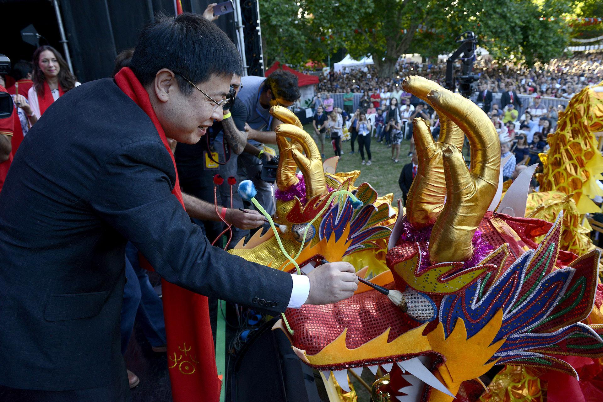Cuando el maestro Liu Ming pintó El Ojo del Dragón en el escenario se dio inicio a las celebraciones.