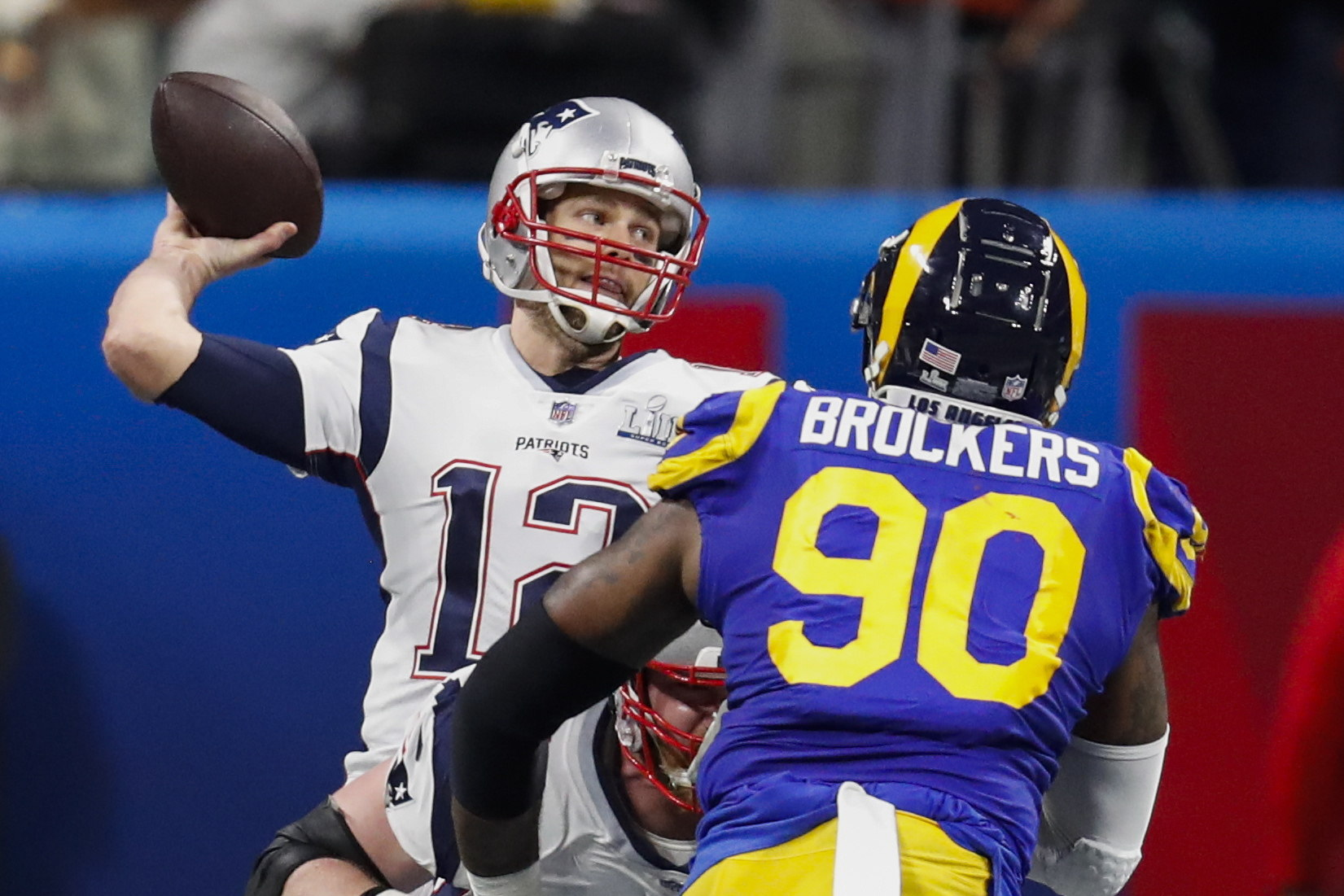 Tom Brady de New England Patriots y Michael Blockers de Los Angeles Rams.